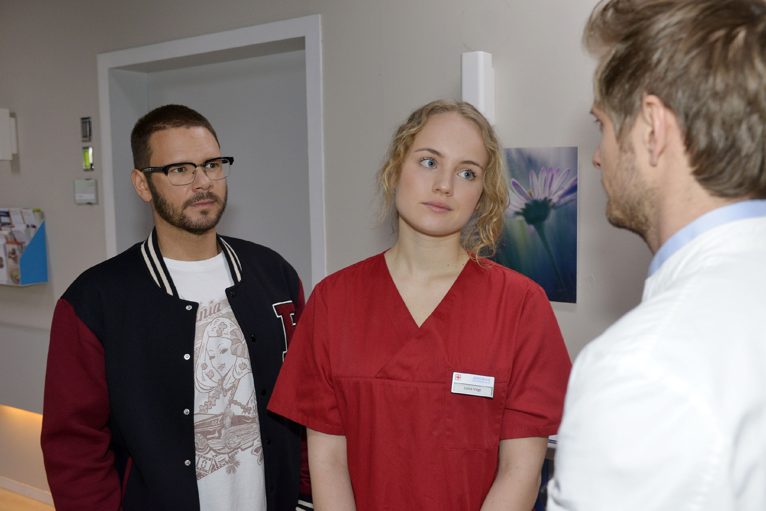 Jules (Luise von Finckh) Sorge um Tuners (Thomas Drechsel, l.) Herz bekommt durch Philips (Jörn Schlönvoigt) Schweigen neue Nahrung. (Quelle: RTL / Rolf Baumgartner)
