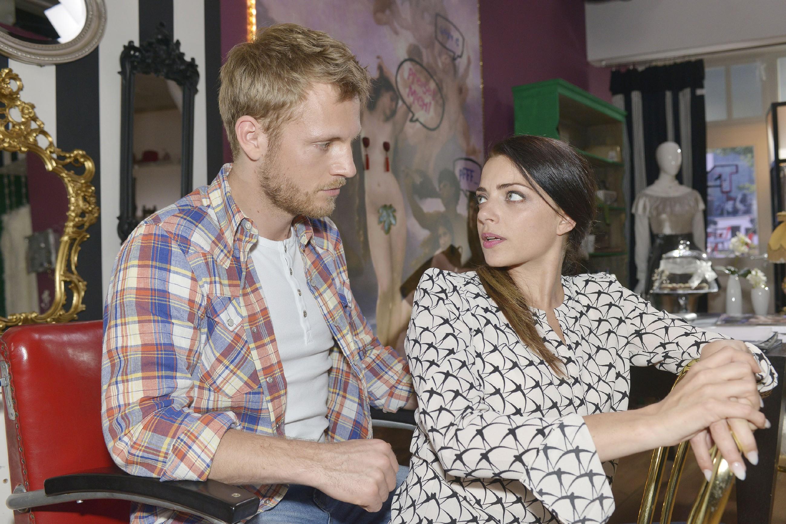 Paul (Niklas Osterloh) rät Emily (Anne Menden) einen Schritt auf Jasmin zuzugehen, um das ruinierte Kleid ersetzen zu können. (Quelle: RTL / Rolf Baumgartner)