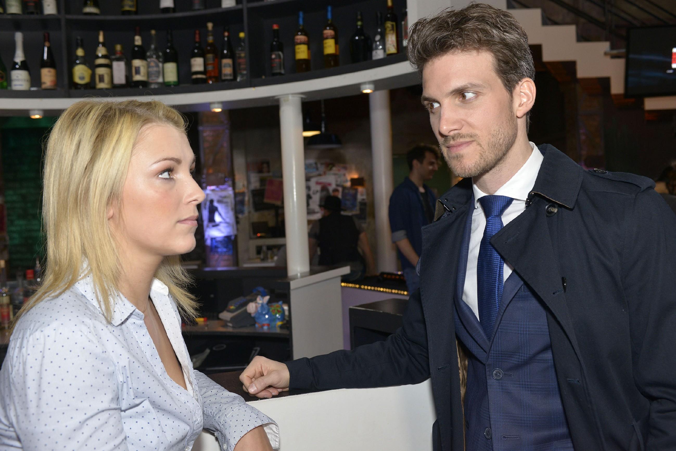Lillys (Iris Mareike Steen) Misstrauen gegenüber Felix (Thaddäus Meilinger) ist geweckt... (Quelle: RTL / Rolf Baumgartner)