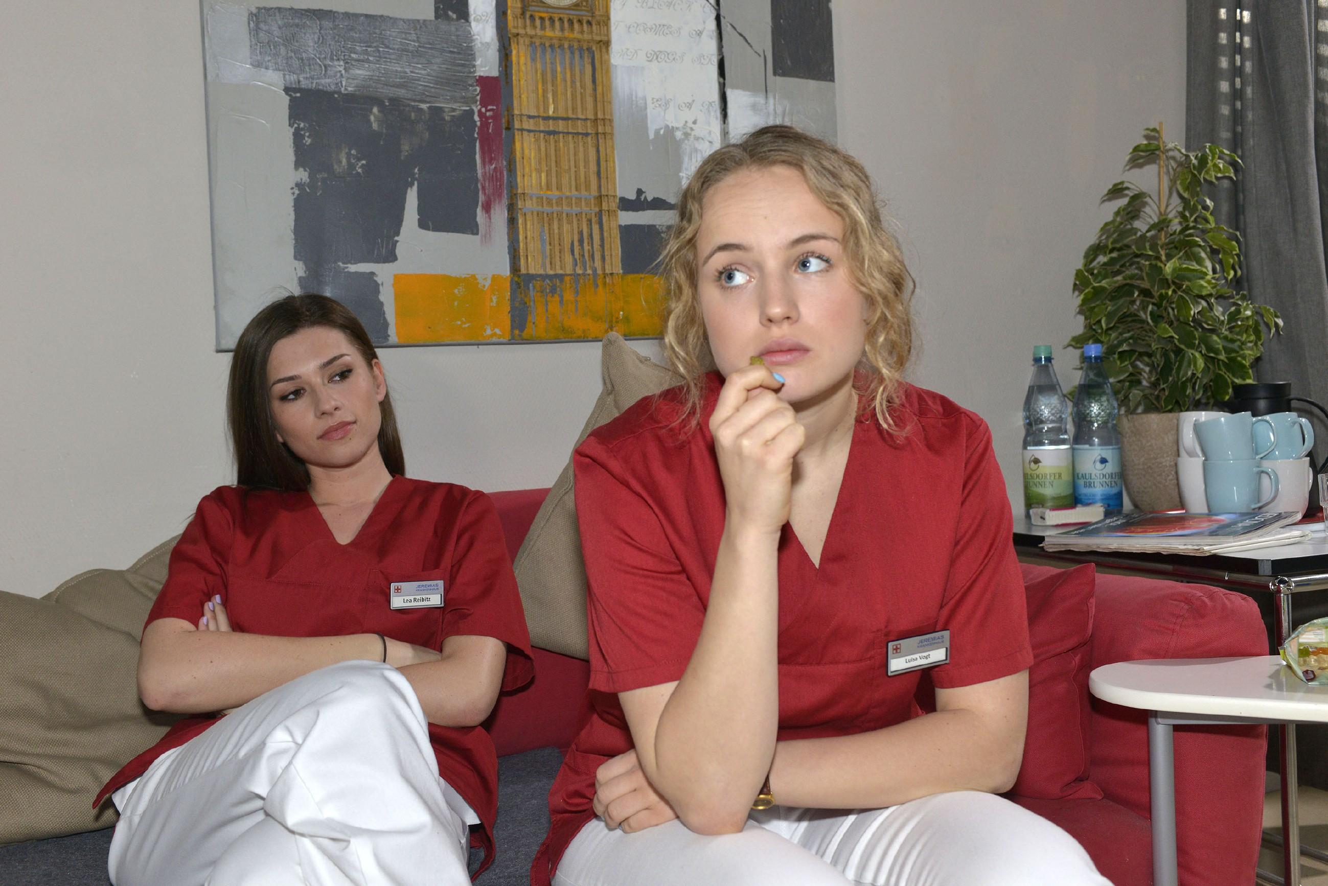 Jule (Luise von Finckh, r.) fragt sich in Gegenwart von Lea (Susanna Okonowski) besorgt, was hinter Tuners Herzbeschwerden steckt. Wenn die Diagnose so harmlos ist, wieso darf sie die Ursache dann nicht wissen?! (Quelle: RTL / Rolf Baumgartner)