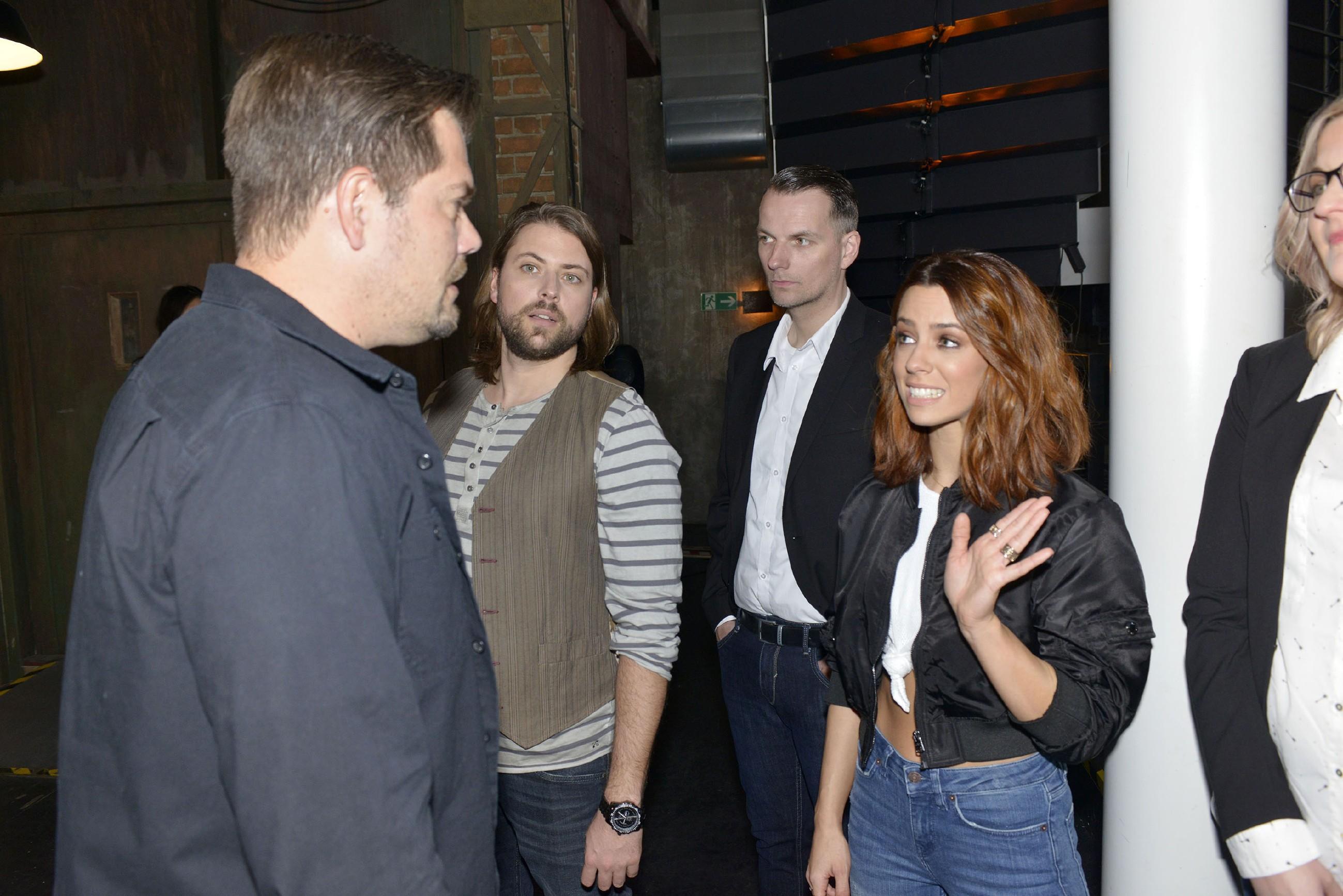 Leon (Daniel Fehlow, l.) und John (Felix von Jascheroff, 2.v.l.) geraten vor ihrem Stargast Vanessa Mai in eine peinliche Situation... (Quelle: RTL / Rolf Baumgartner)