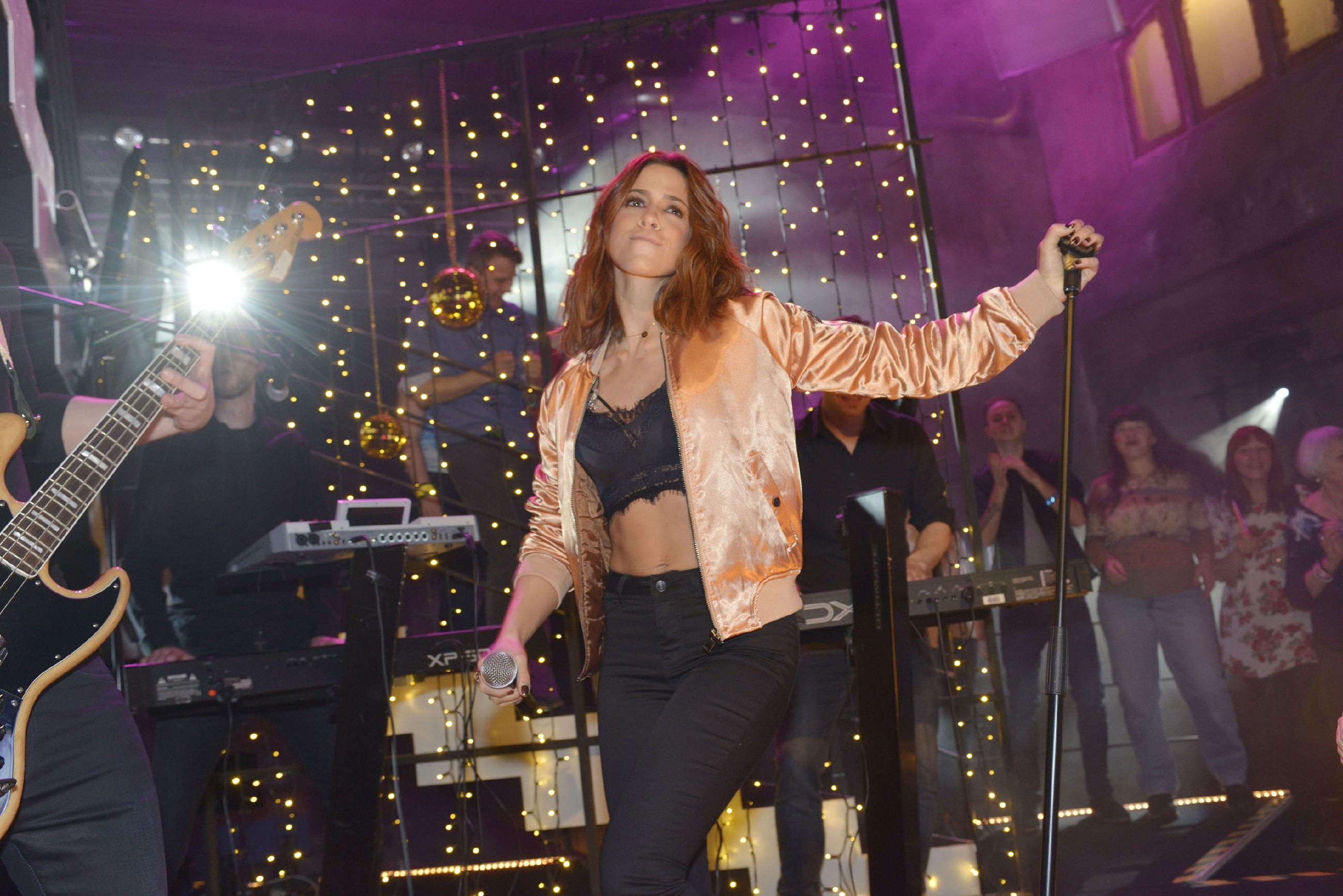 Die erfolgreiche deutsche Sängerin Vanessa Mai gibt ein Konzert im Mauerwerk und wird von den Gästen gefeiert! (Quelle: RTL / Rolf Baumgartner)