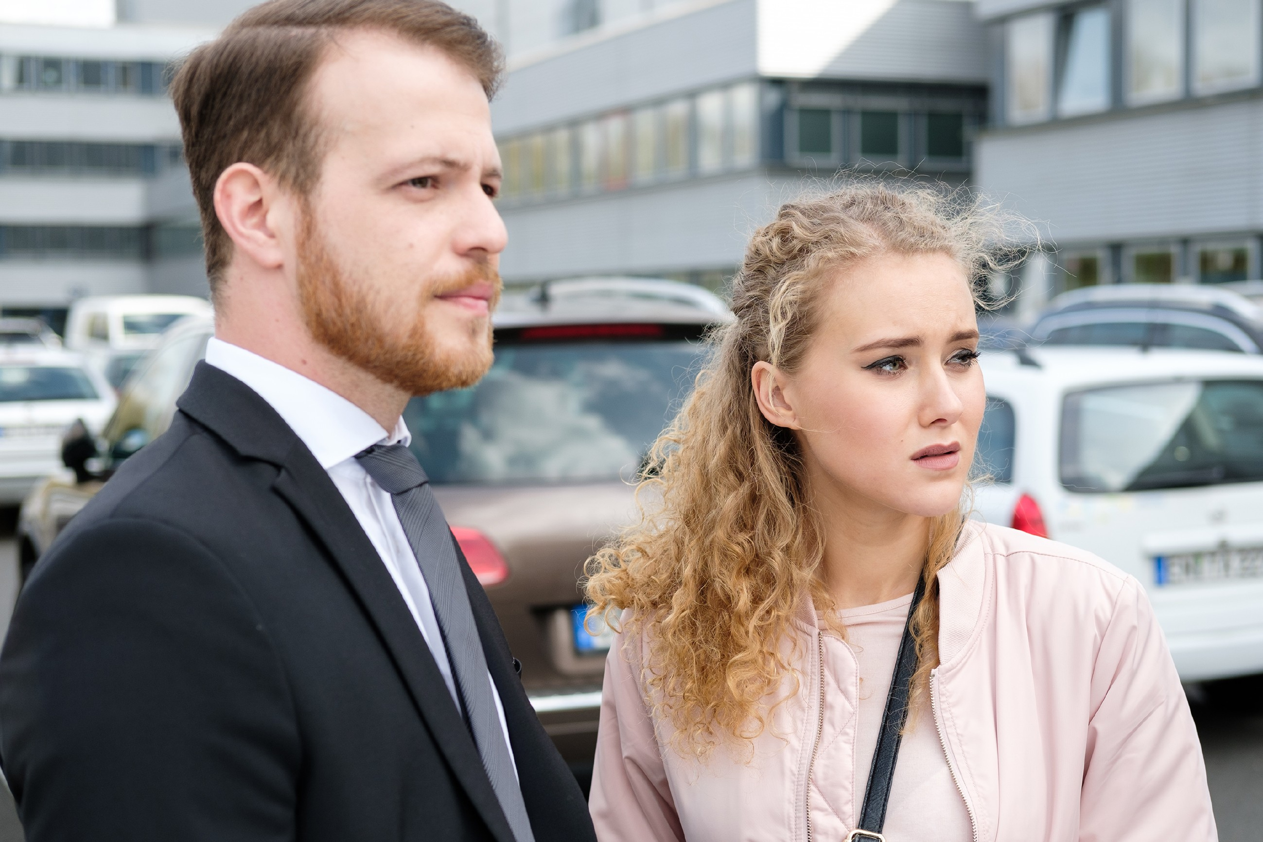 Tobias (Patrick Müller) weckt kurzzeitig KayCs (Pauline Angert) Kampfgeist, doch als KayC ihren Fast-Vergewaltiger sieht, macht sie einen Rückzieher. (Quelle: RTL / Stefan Behrens)
