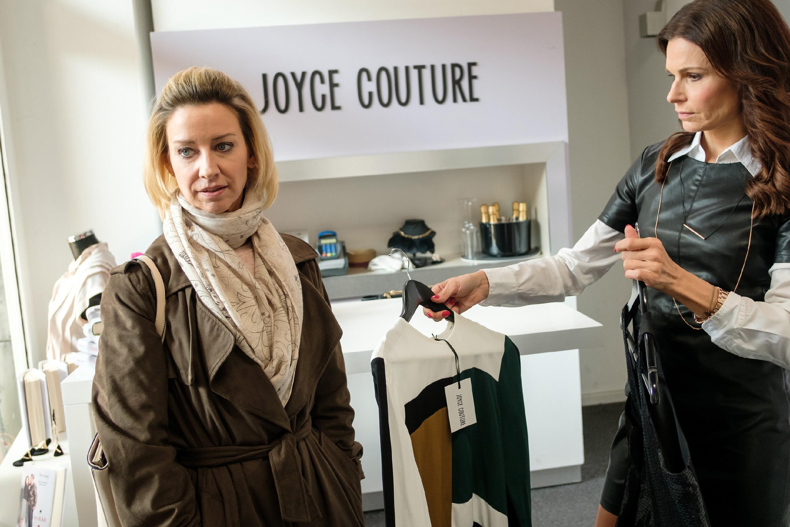 Ute (Isabell Hertel, l.) muss sich beim Shoppen in Brittas (Tabea Heynig) Boutique deren Sicht auf das Mutterdasein nahebringen lassen. (Quelle: RTL / Stefan Behrens)