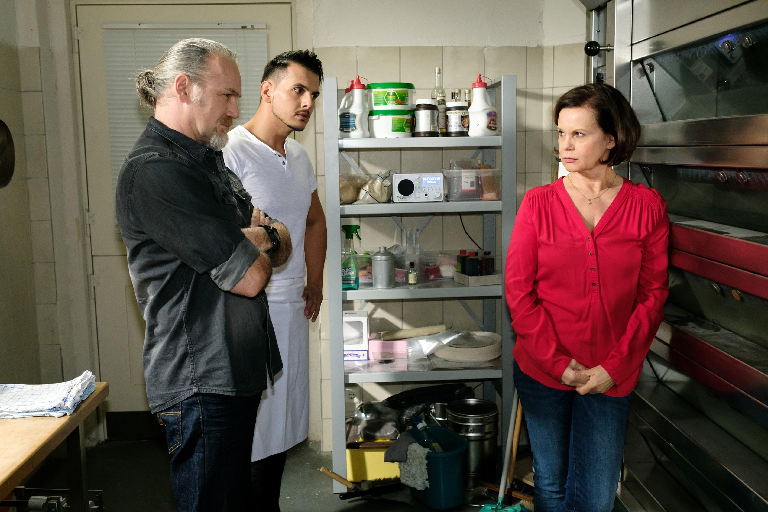 Die Nachricht von Opitz´ Flucht versetzt Robert (Luca Maric, l.), Nikos (Cronis Karakassidis) und Irene (Petra Blossey) in Angst. (Quelle: RTL / Stefan Behrens)