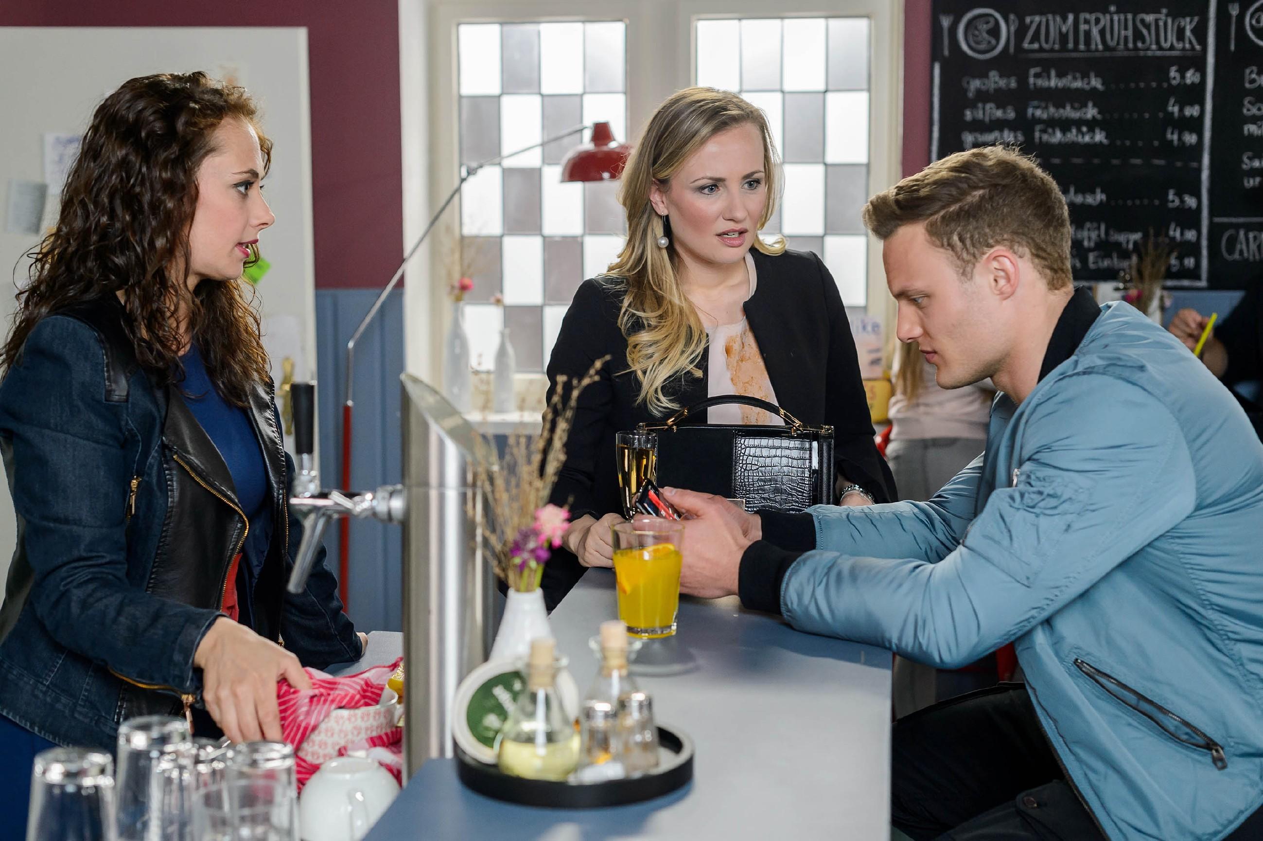 Isabelle (Ania Niedieck, M.) wird hellhörig, als sie bei Carmen (Heike Warmuth) auf Tim (Robert Maaser) trifft und erfährt, dass Ronny gute Chancen auf den Sieg hat. (Quelle: RTL / Willi Weber)