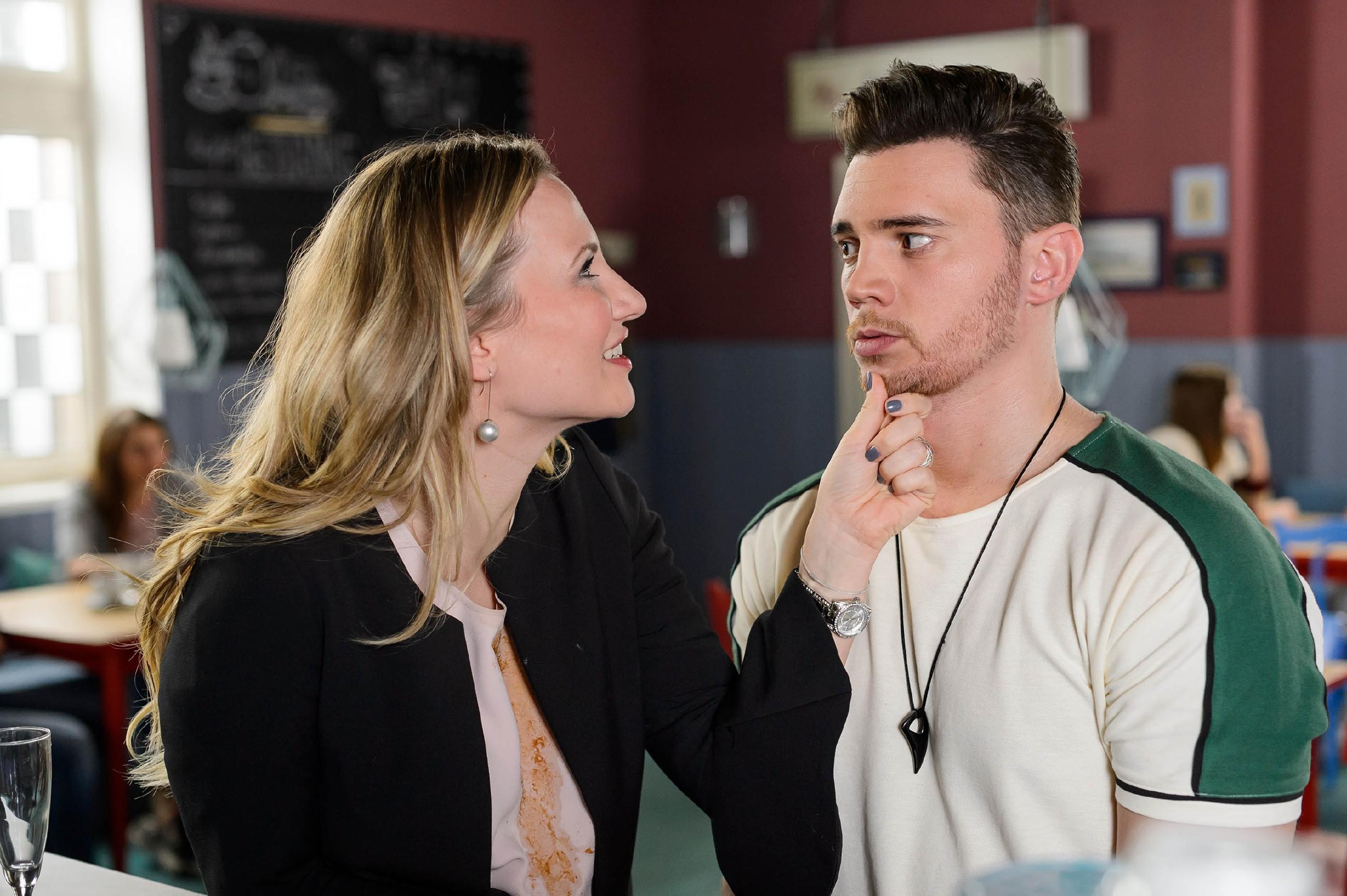 Da Ronny (Bela Klentze) auf dem besten Weg ist, die Vulkan-Challenge zu gewinnen, zeigt plötzlich auch Isabelle (Ania Niedieck) Interesse an ihm und will seine Managerin werden. (Quelle: RTL / Willi Weber)