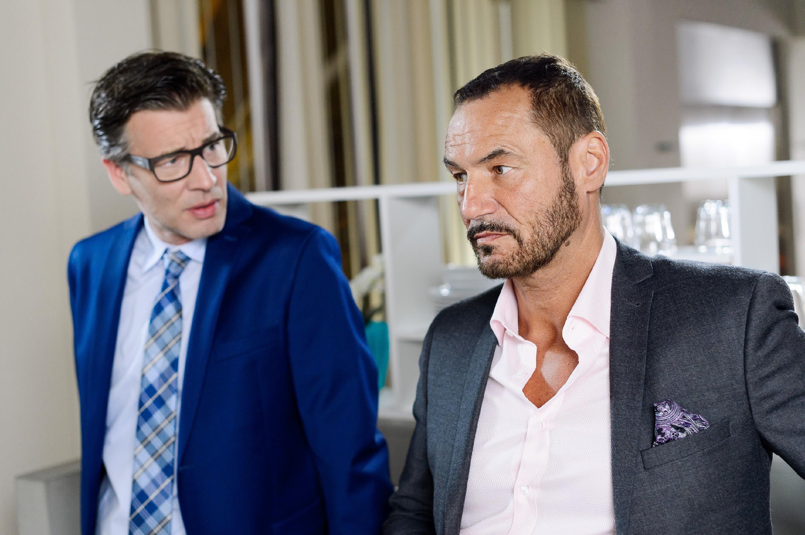 Richard (Silvan-Pierre Leirich, r.) schöpft im Gespräch mit Christoph (Lars Korten) Hoffnung, dass sein Verhältnis zu Ben nicht endgültig zerbrochen ist. (Quelle: RTL / Willi Weber)
