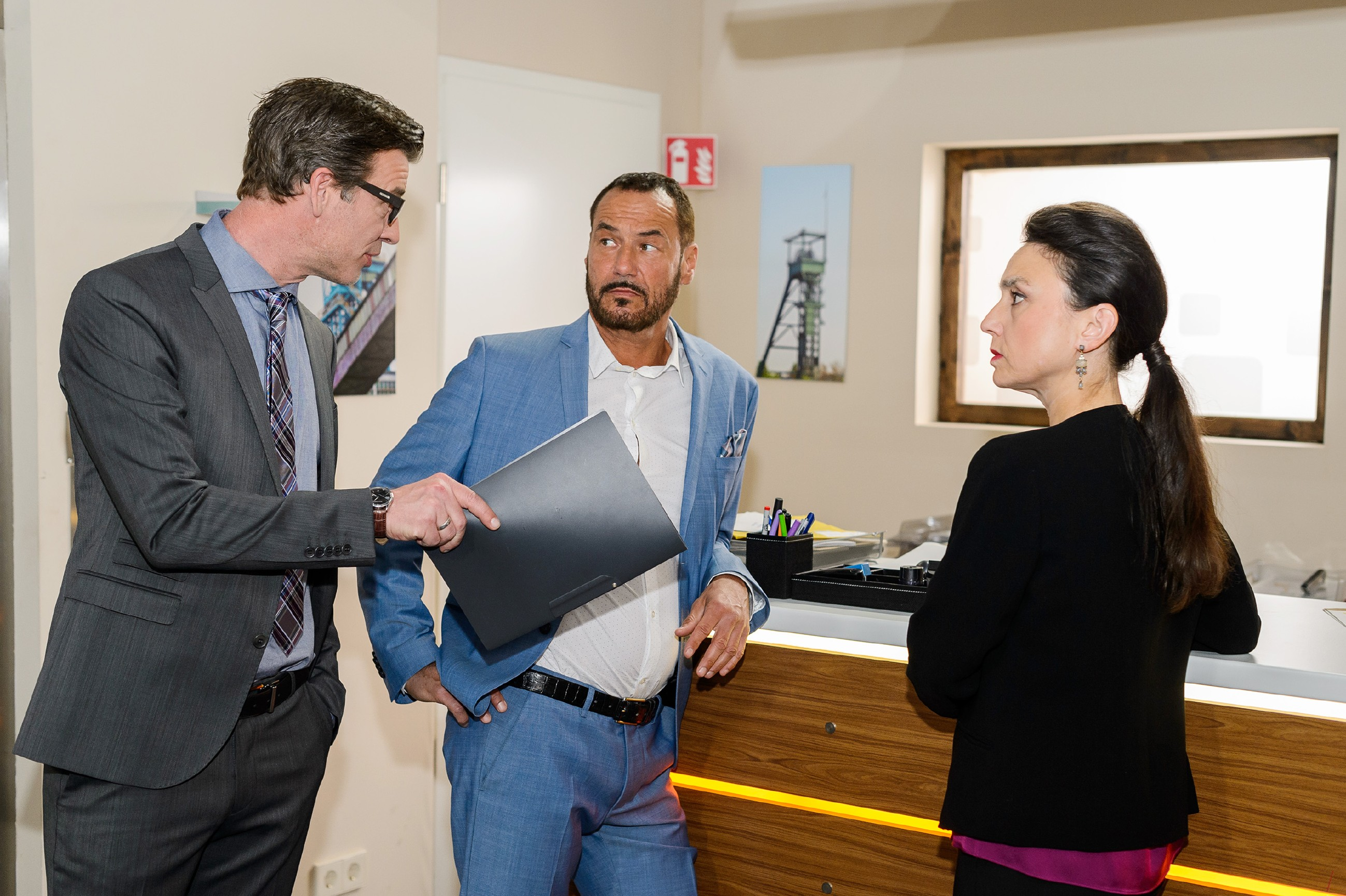 Christoph (Lars Korten, l.) macht Richard (Silvan-Pierre Leirich) und Simone (Tatjana Clasing) eine klare Ansage. (Quelle:RTL / Willi Weber)