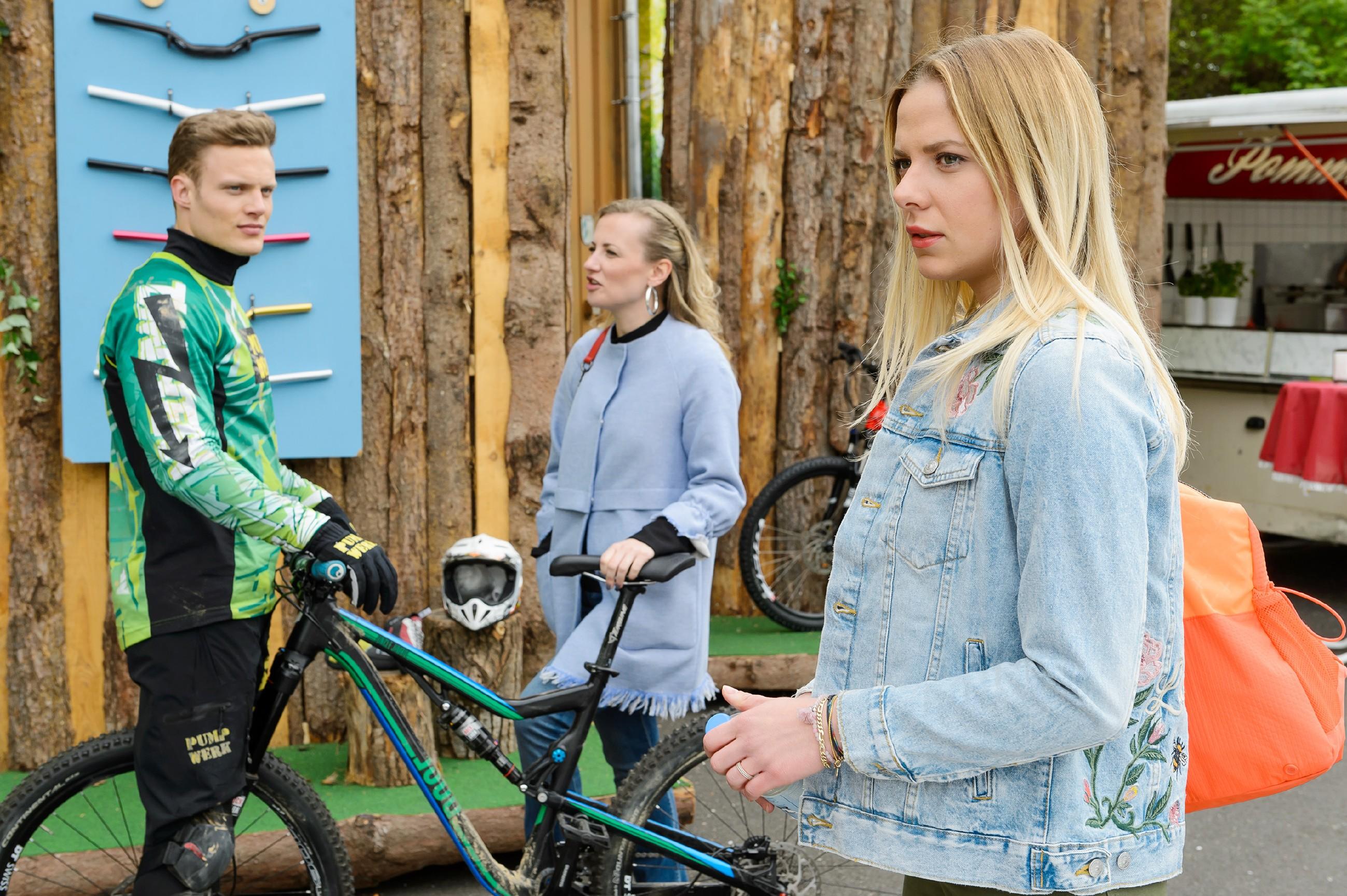 Isabelle (Ania Niedieck, M.) rät Tim (Robert Maaser), die Finger von der Liebe zu lassen, als just in diesem Moment Marie (Cheyenne Pahde) an ihnen vorbeikommt. (Quelle:RTL / Willi Weber)