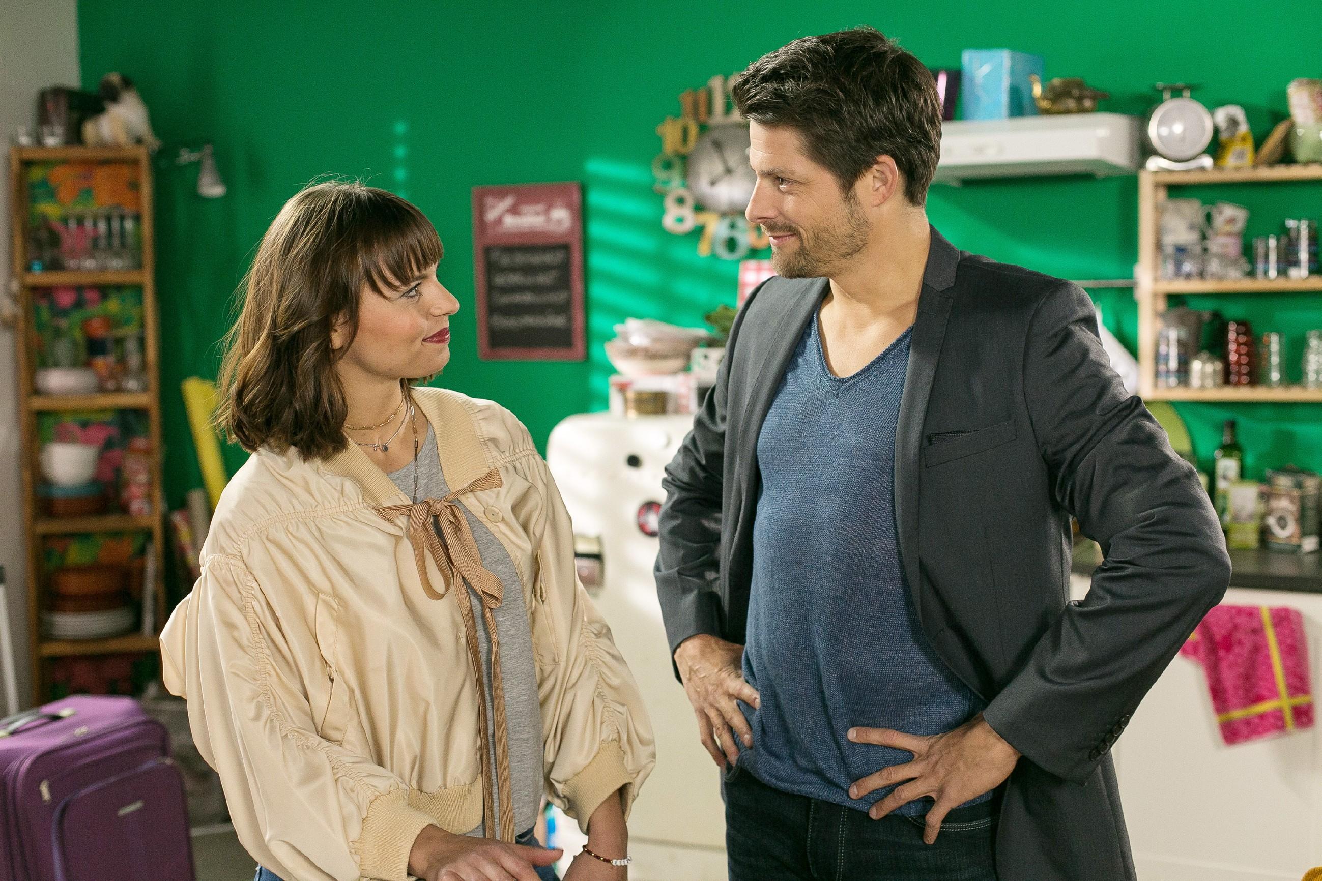 Die ahnungslose Michelle (Franziska Benz) erklärt Vincent (Daniel Buder), dass sie für Carmen da sein möchte. (Quelle:RTL / Kai Schulz)