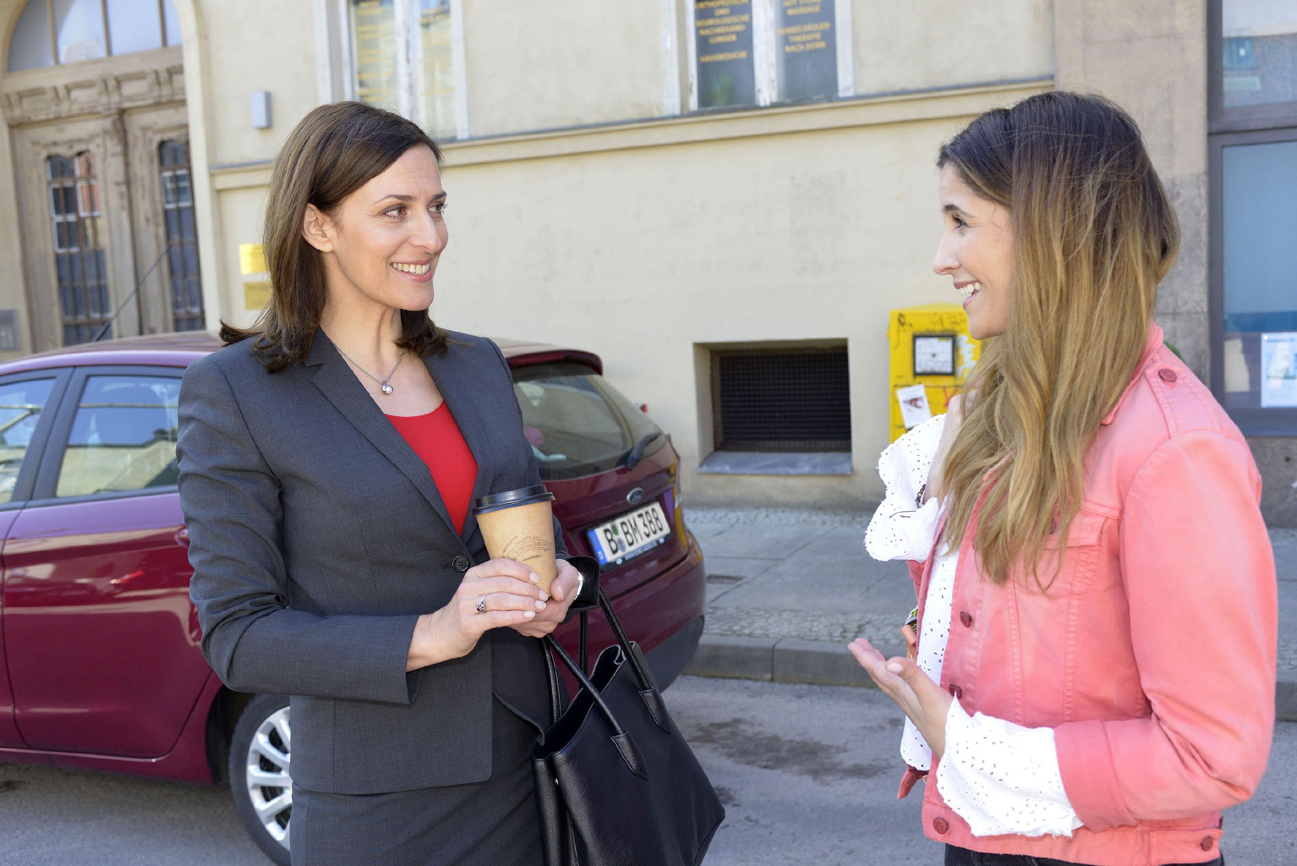 Katrin (Ulrike Frank, l.) ahnt nichts von Lauras (Chryssanthi Kavazi) Plänen und setzt sich weiter dafür ein, dass Laura sich in München auf einen Job bewerben kann. (Quelle: RTL / Rolf Baumgartner)