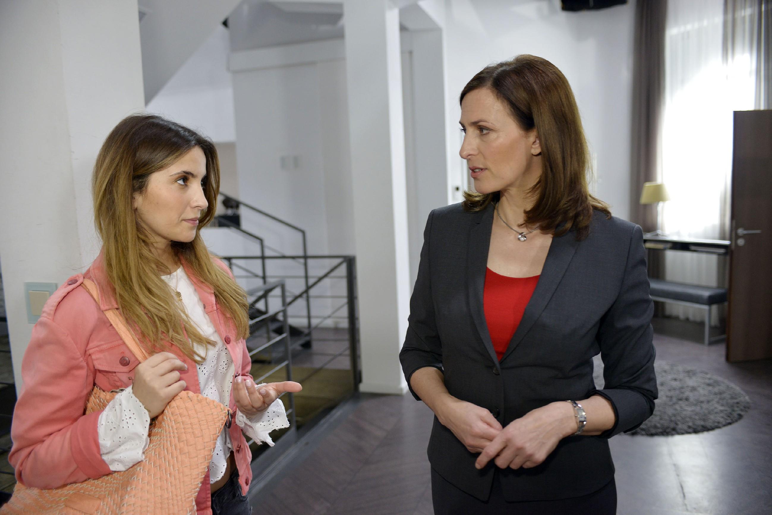 Laura (Chryssanthi Kavazi, l.) gerät unter Druck, als Katrin (Ulrike Frank) mehr über ihre Vergangenheit wissen möchte. (Quelle: RTL / Rolf Baumgartner)
