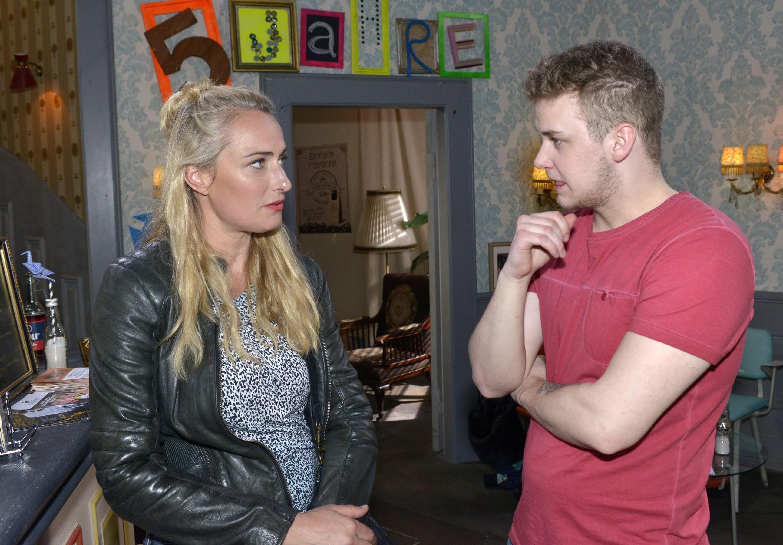 Maren (Eva Mona Rodekirchen) versucht Jonas (Felix van Deventer) mit klaren Worten und Unterstützung aus seinem Loch zu holen und hofft, dass er seine Zukunft gewissenhaft angeht. (Quelle: RTL / Rolf Baumgartner)