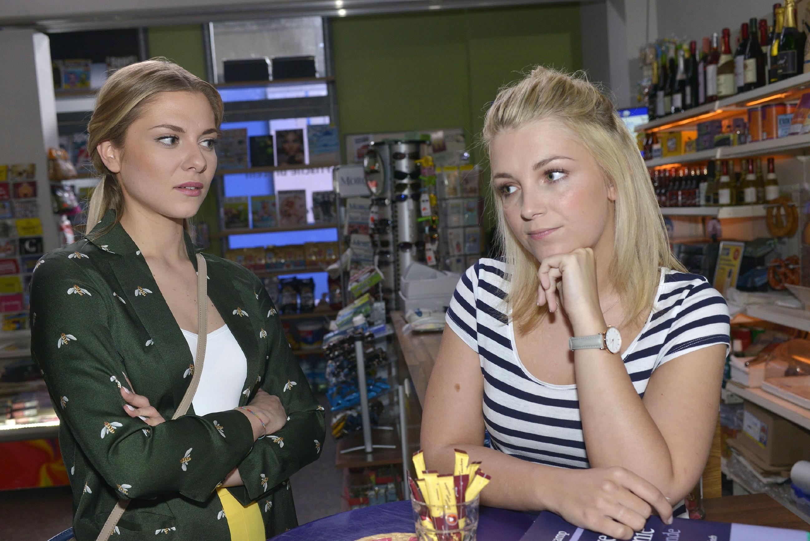 Lilly (Iris Mareike Steen, r.) erzählt Sunny (Valentina Pahde) von ihrer Befürchtung, ihre Freundschaft zu Tuner mit dem Tag auf dem Hausboot aufs Spiel gesetzt zu haben. (Quelle: RTL / Rolf Baumgartner)