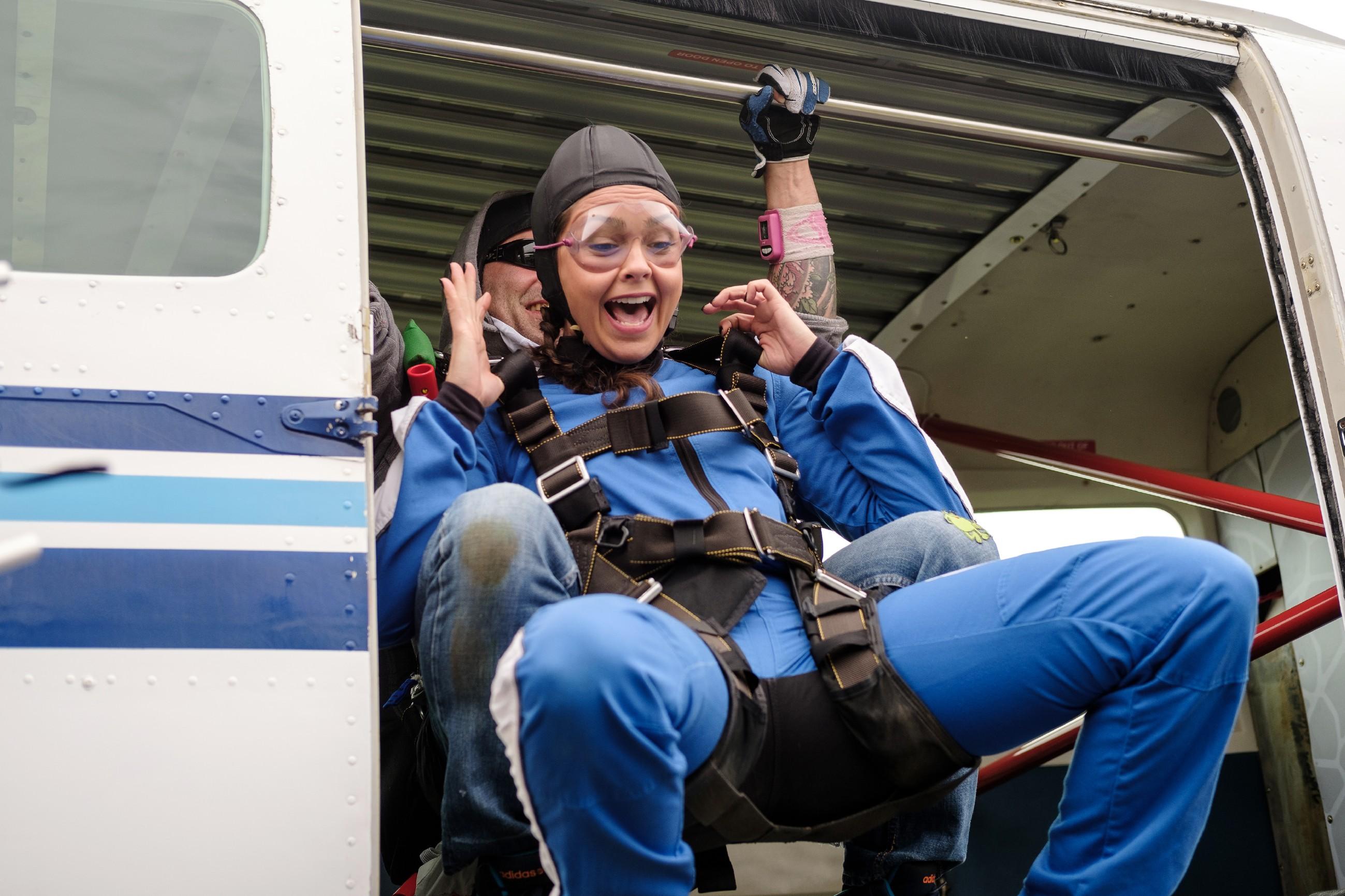 Im Gegensatz zu Malte stürzt sich Caro (Ines Kurenbach) für den Fallschirmsprung euphorisch aus dem Flugzeug... (Quelle: RTL / Stefan Behrens)