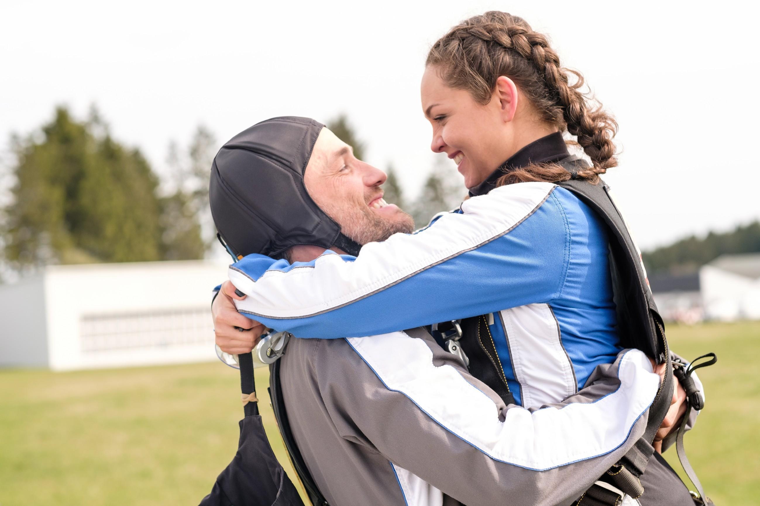 Malte (Stefan Bockelmann) und Caro (Ines Kurenbach) sind nach ihrem Fallschirmsprung total euphorisch. (Quelle: RTL / Stefan Behrens)