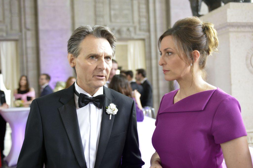 Während der Hochzeitsfeier erfährt Katrin (Ulrike Frank) von Jo Gerner (Wolfgang Bahro), dass Chris geflohen ist...