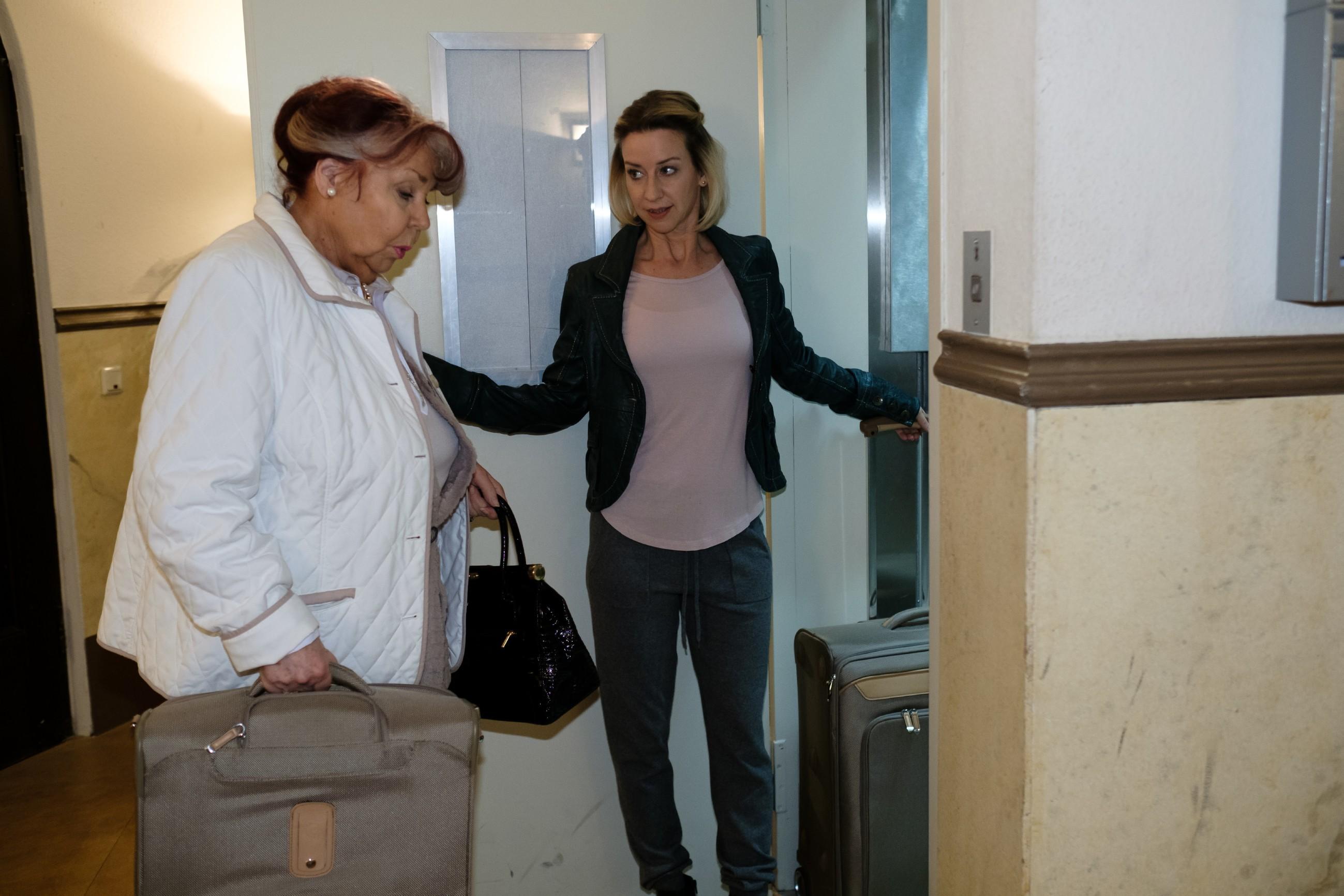 Ute (Isabell Hertel, r.) nimmt Roswitha (Andrea Brix) für die Nacht bei sich auf - was sie jedoch noch bereuen wird... (Quelle: RTL / Stefan Behrens)