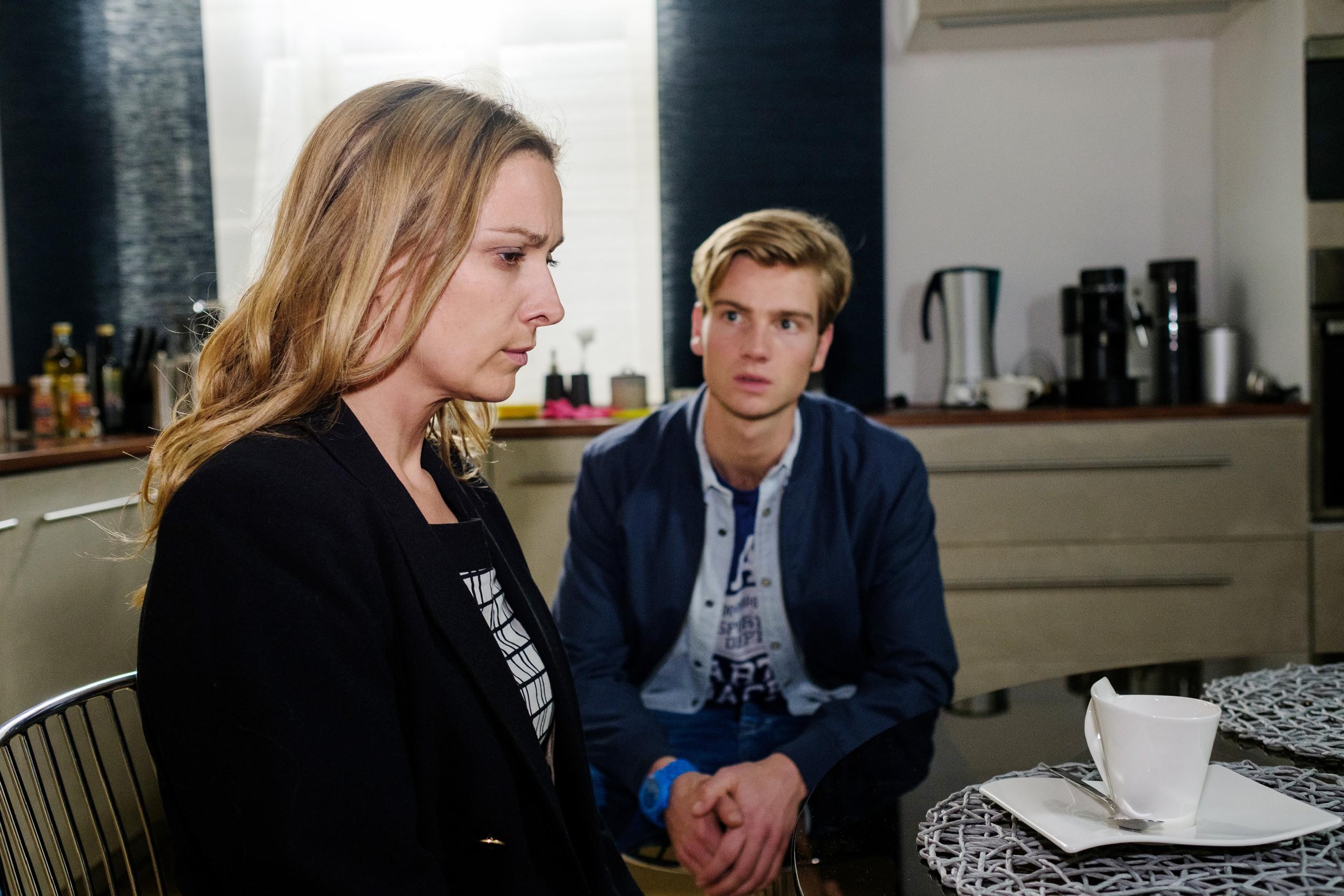 Während das Erlebnis Andrea (Astrid Leberti) und Valentin (Aaron Koszuta) schwer mitnimmt, nutzt Benedikt kaltschnäuzig die Gunst der Stunde... (Quelle: RTL / Stefan Behrens)