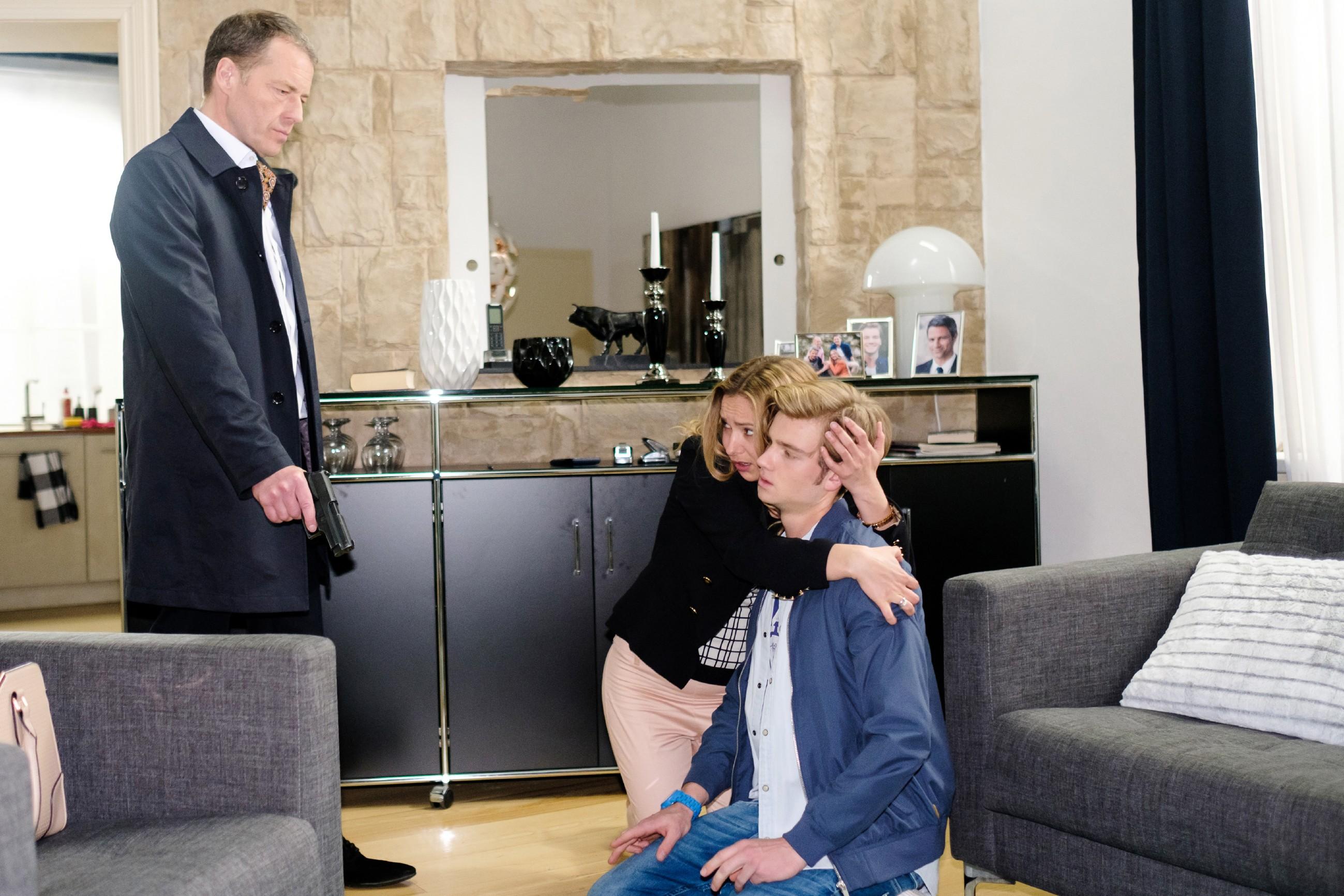 Als Valentin (Aaron Koszuta, r.) ahnungslos nach Hause kommt, gelingt es Andrea (Astrid Leberti) nicht, ihn zu warnen und auch Valentin gerät in Opitz' (Oliver Sauer) Gewalt... (Quelle: RTL / Stefan Behrens)