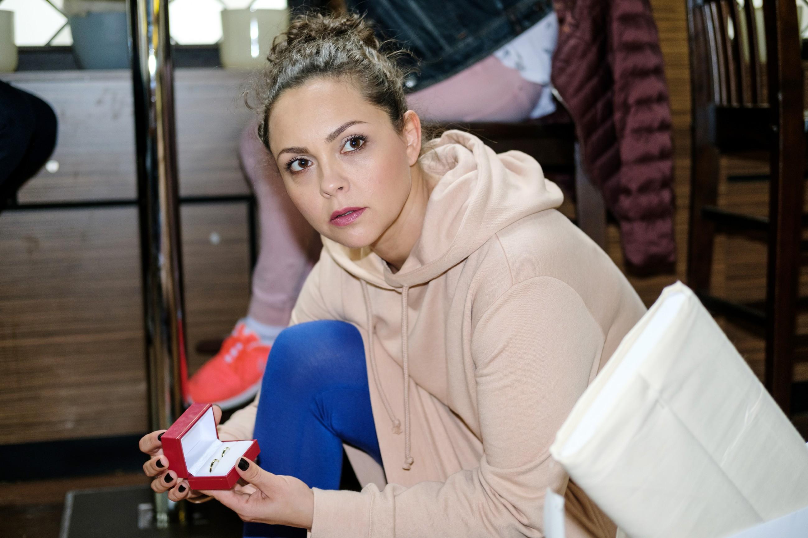 Als Caro (Ines Kurenbach) Trauringe in Maltes Jacke findet, glaubt sie überrumpelt, dass Malte ihr einen Heiratsantrag machen will. (Quelle: RTL / Stefan Behrens)