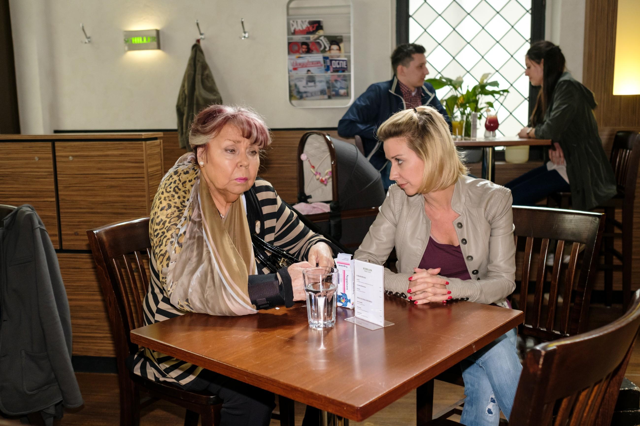 Roswitha (Andrea Brix, l.) ist erfreut, als Ute (Isabell Hertel) ihr ihre Unterstützung anbietet. (Quelle: RTL / Stefan Behrens)