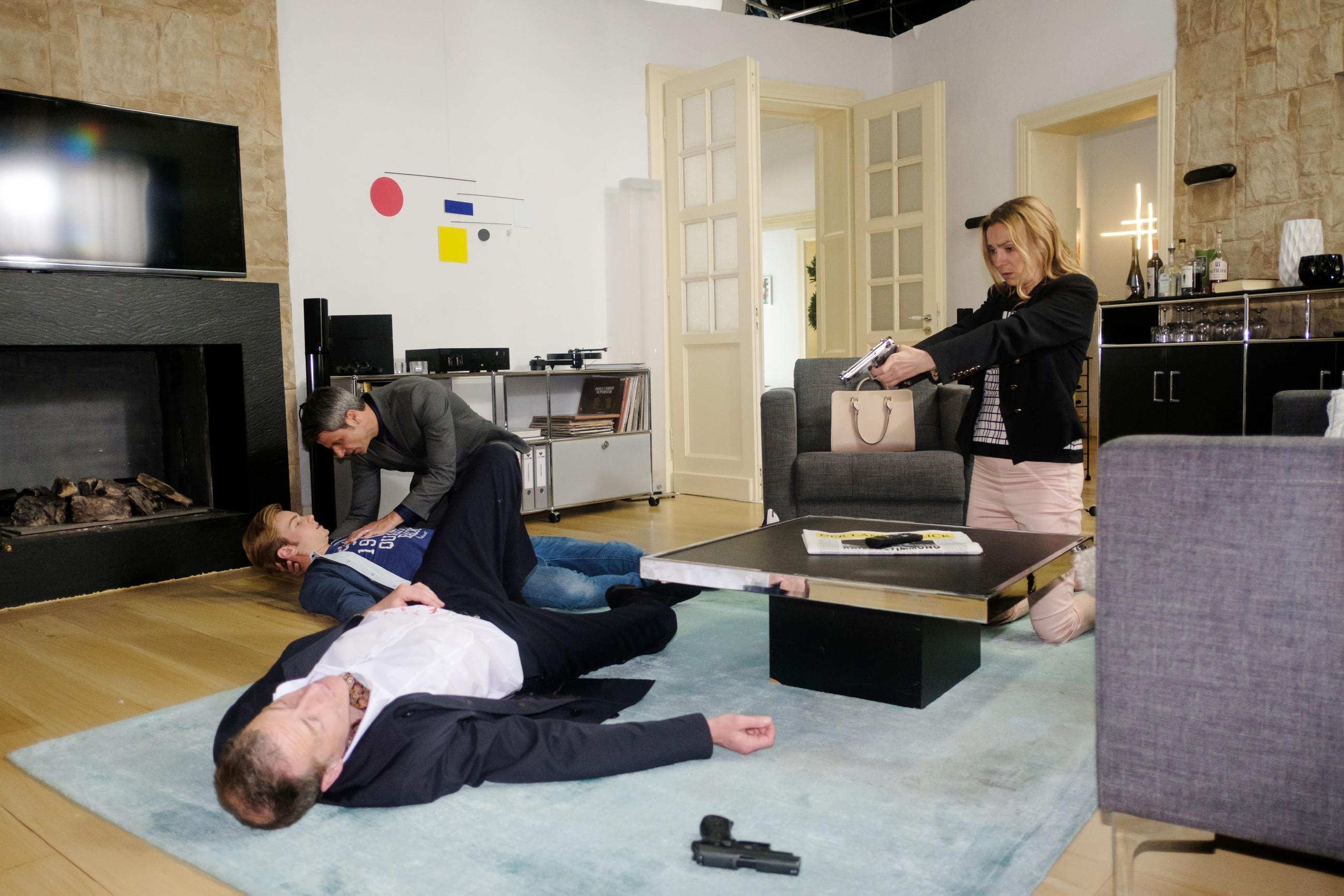Der Showdown zwischen Opitz (Oliver Sauer, l.) auf der einen und Benedikt (Jens Hajek, 3.v.l.), Valentin (Aaron Koszuta) und Andrea (Astrid Leberti) auf der anderen Seite eskaliert... (Quelle: RTL / Stefan Behrens)