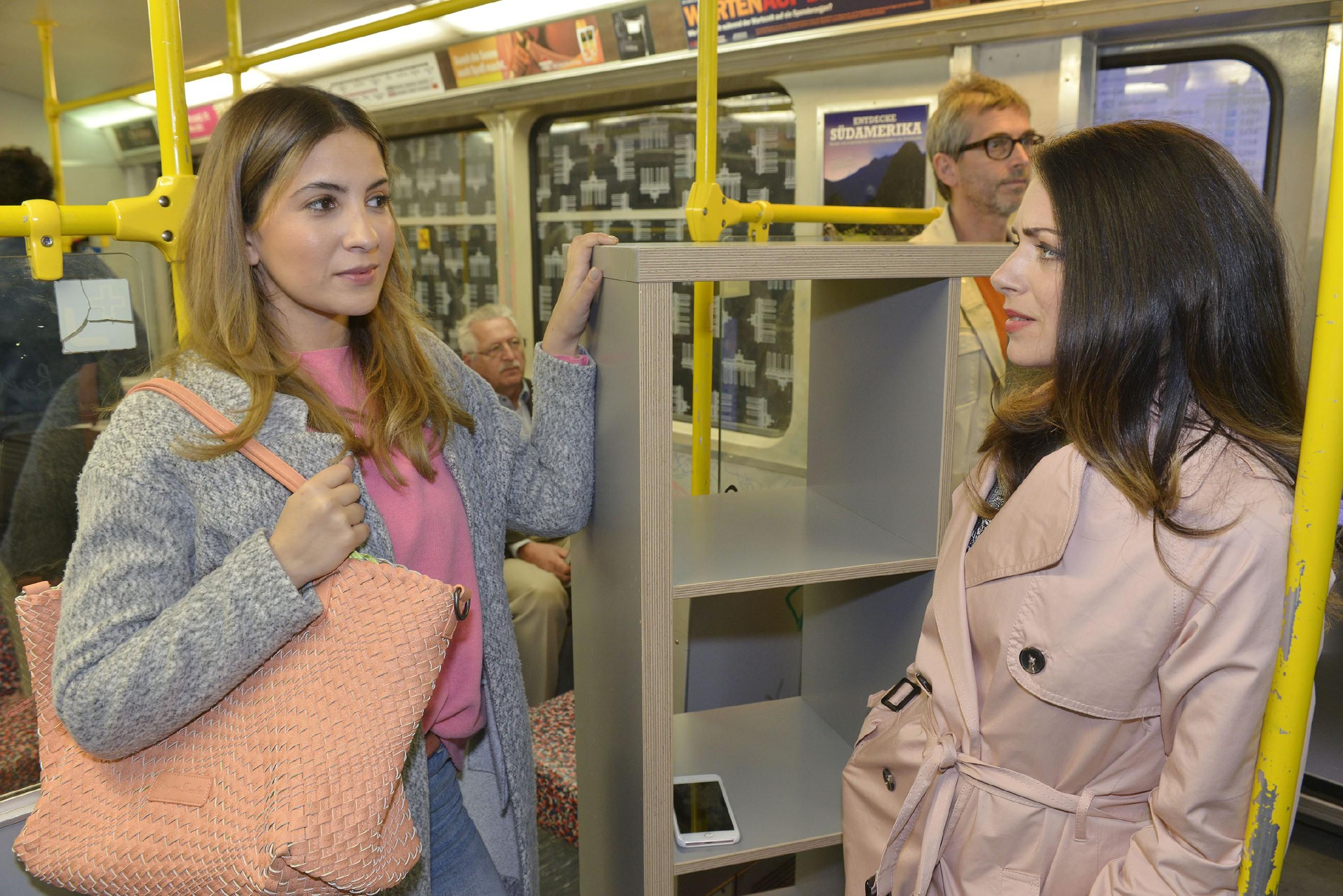 Laura (Chryssanthi Kavazi, l.) versucht Emily (Anne Menden) für sich einzunehmen, doch diese beginnt, Lauras Absichten zu hinterfragen... (RTL / Rolf Baumgartner)