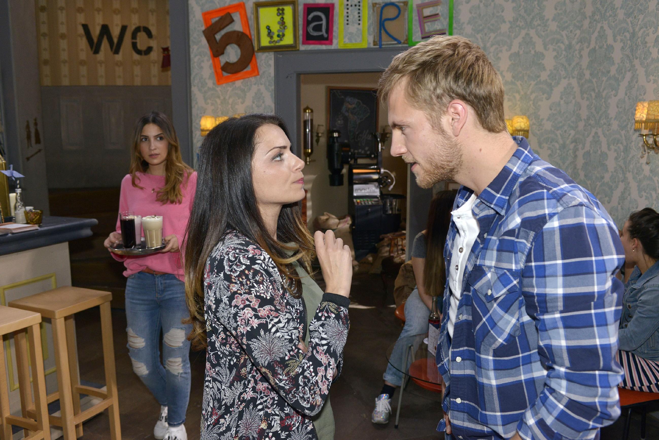 Emily (Anne Menden, M.) erzählt Paul (Niklas Osterloh), dass sie bei Laura (Chryssanthi Kavazi) kein gutes Gefühl hat und deren Absichten anzweifelt. (RTL / Rolf Baumgartner)