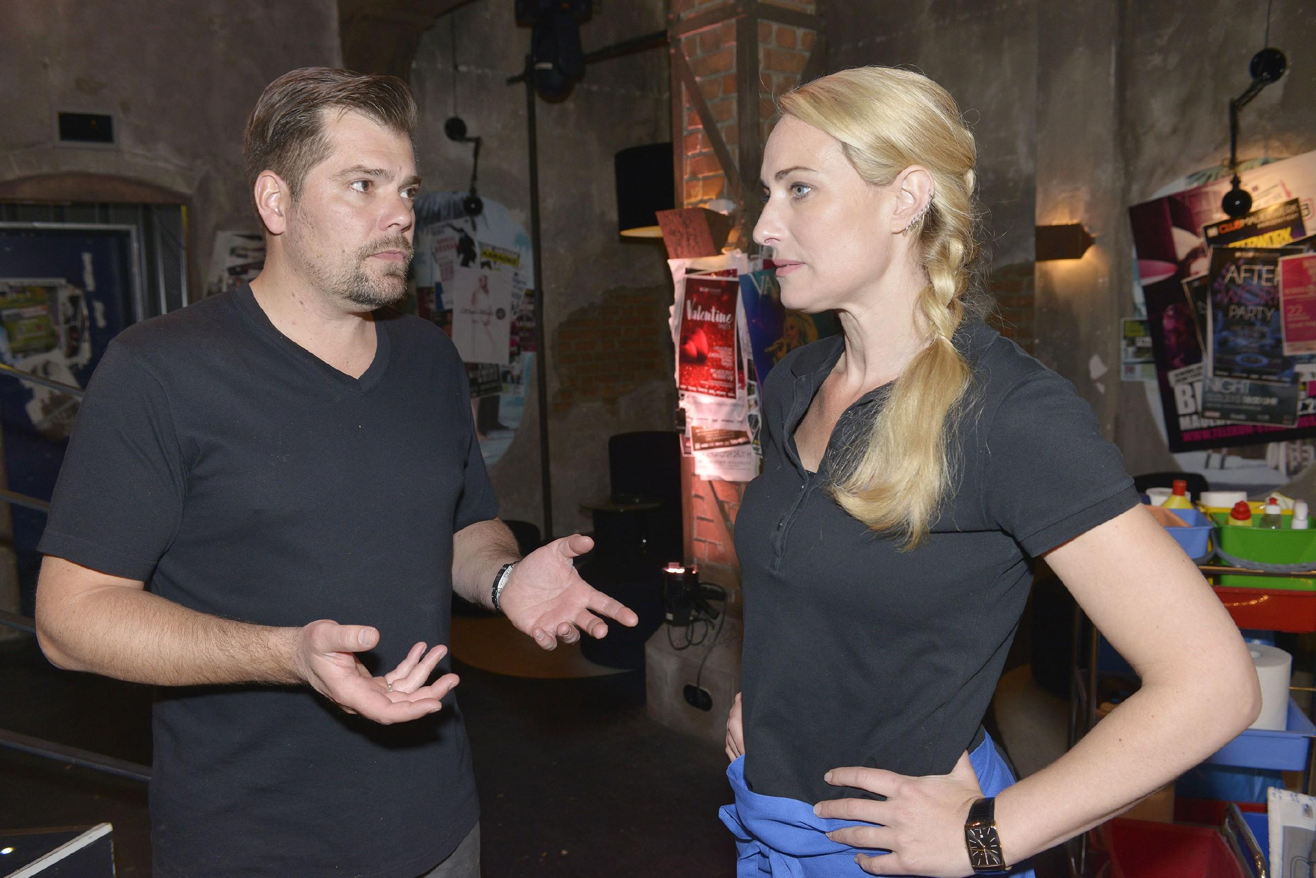 Maren (Eva Mona Rodekirchen) wird von Leon (Daniel Fehlow) vor Augen geführt, wie schlecht es um das Mauerwerk bestellt ist. (RTL / Rolf Baumgartner)