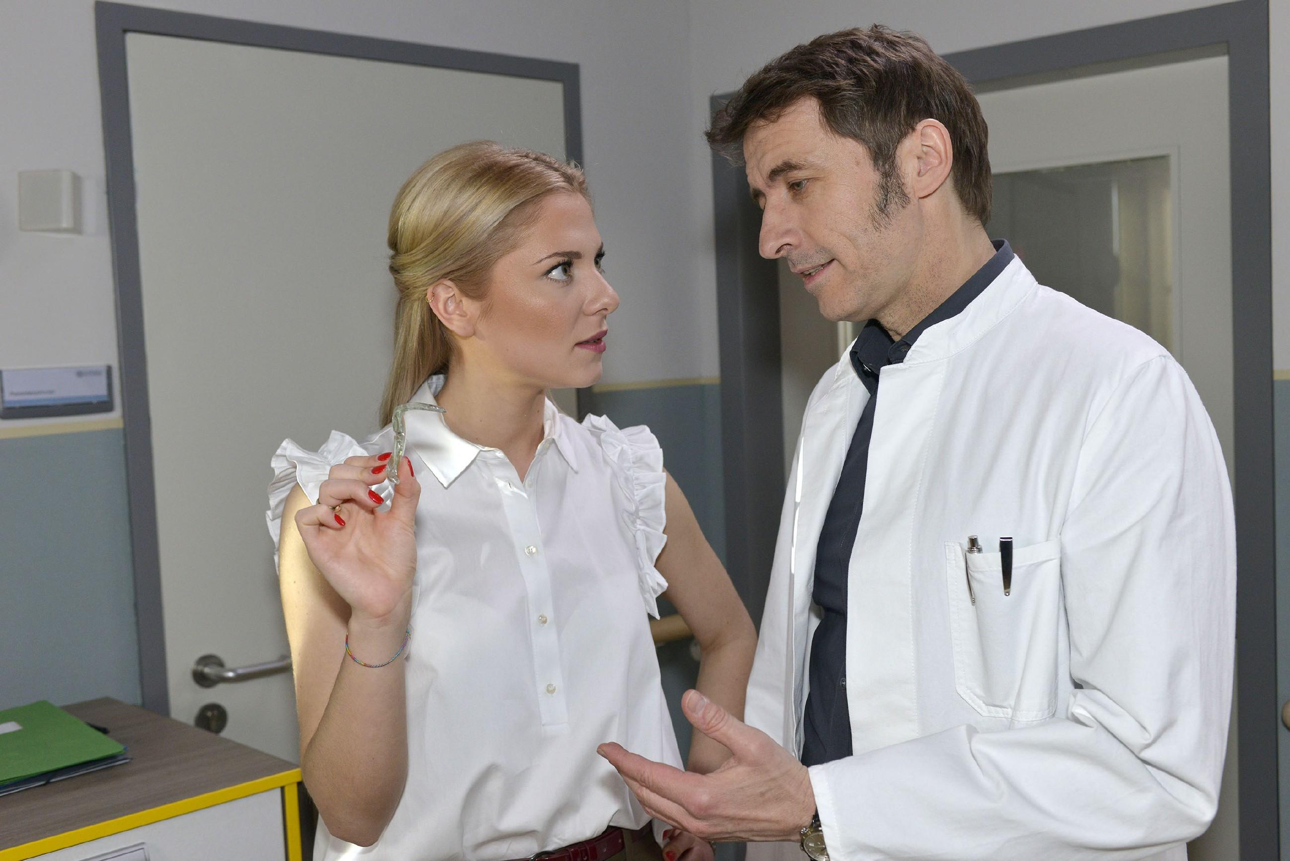 Sunny (Valentina Pahde) macht Dr. Martin Wolf (Guido Broscheit) Vorwürfe, weil sie im Zimmer von Chris eine Glasscherbe gefunden hat. (RTL / Rolf Baumgartner)