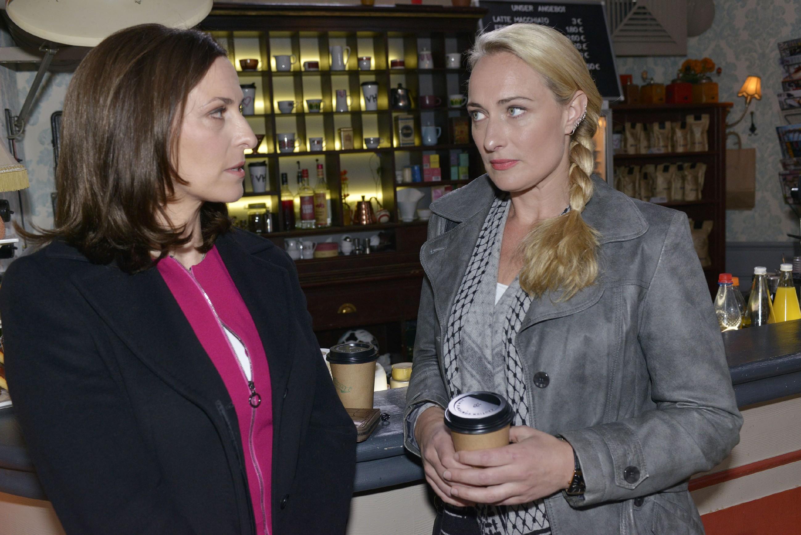 Maren (Eva Mona Rodekirchen, r.) unterhält sich mit Katrin (Ulrike Frank) über die Probleme des Mauerwerks. (RTL / Rolf Baumgartner)