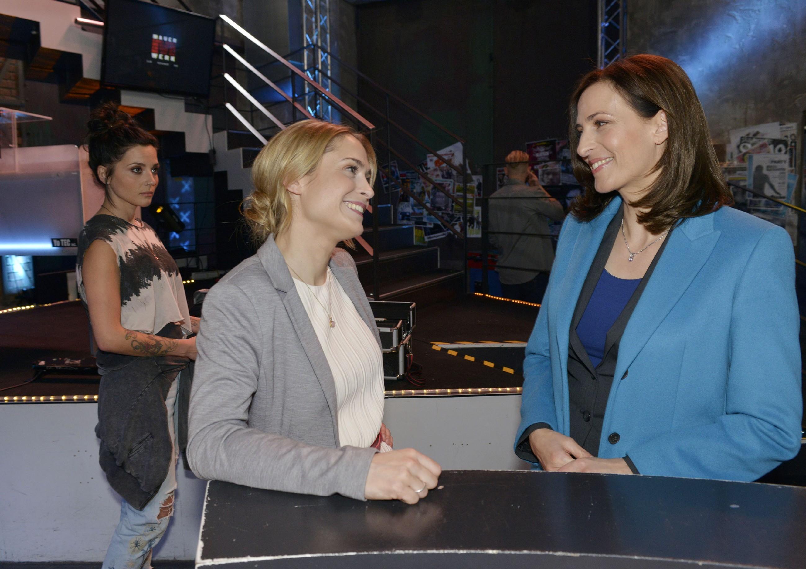 Anni (Linda Marlen Runge, l.) versetzt es einen Stich, als sie bei einem Gespräch zwischen Sophie (Lea Marlen Woitack, M.) und Katrin (Ulrike Frank) hört, wie glücklich Jasmin mit ihrer Entscheidung ist. (RTL / Rolf Baumgartner)