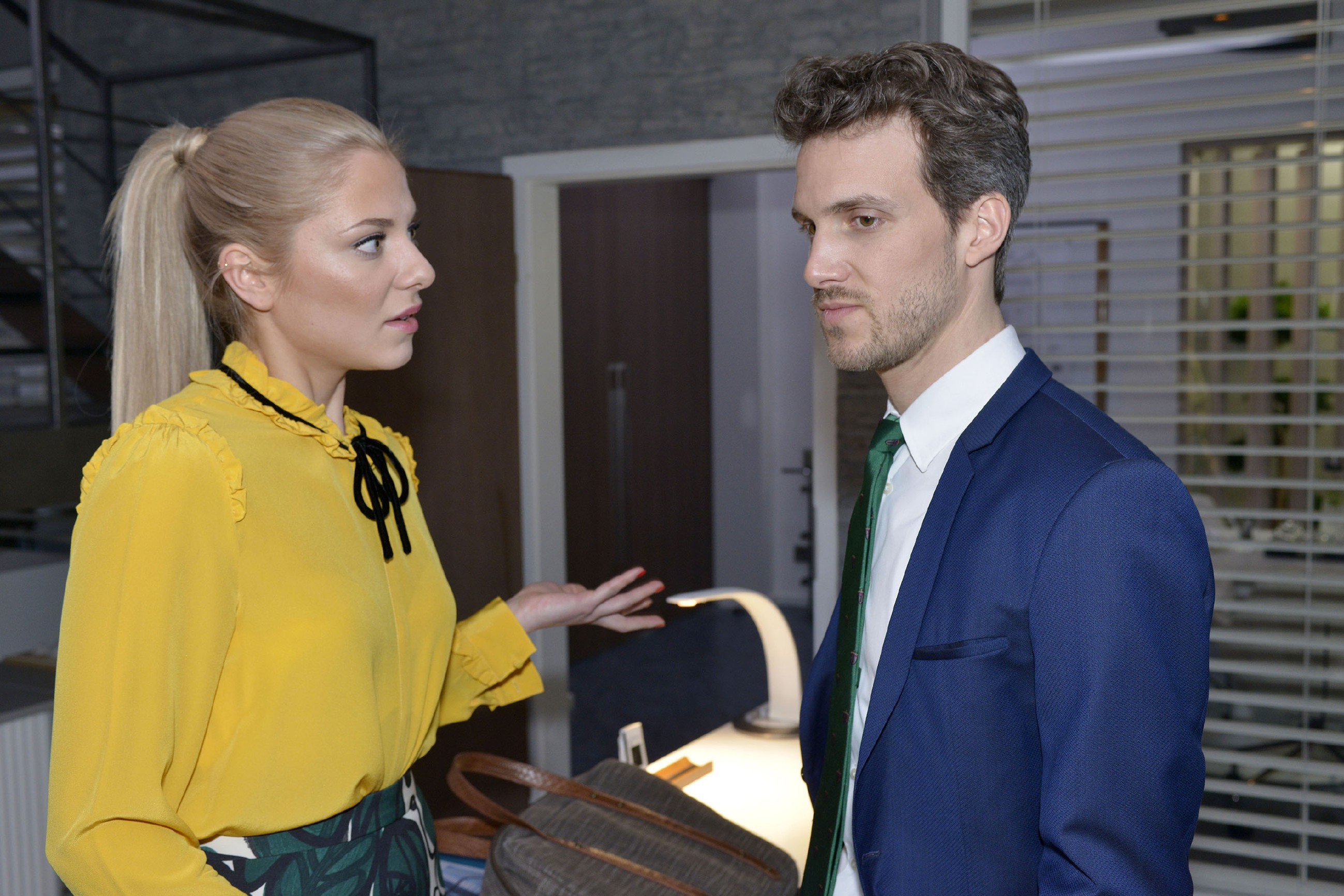 Sunny (Valentina Pahde) ist zutiefst schockiert über Chris' Zustand und kann nicht glauben, dass Felix (Thaddäus Meilinger) mit ihr unter diesen Umständen in den Urlaub fahren wollte. (RTL / Rolf Baumgartner)