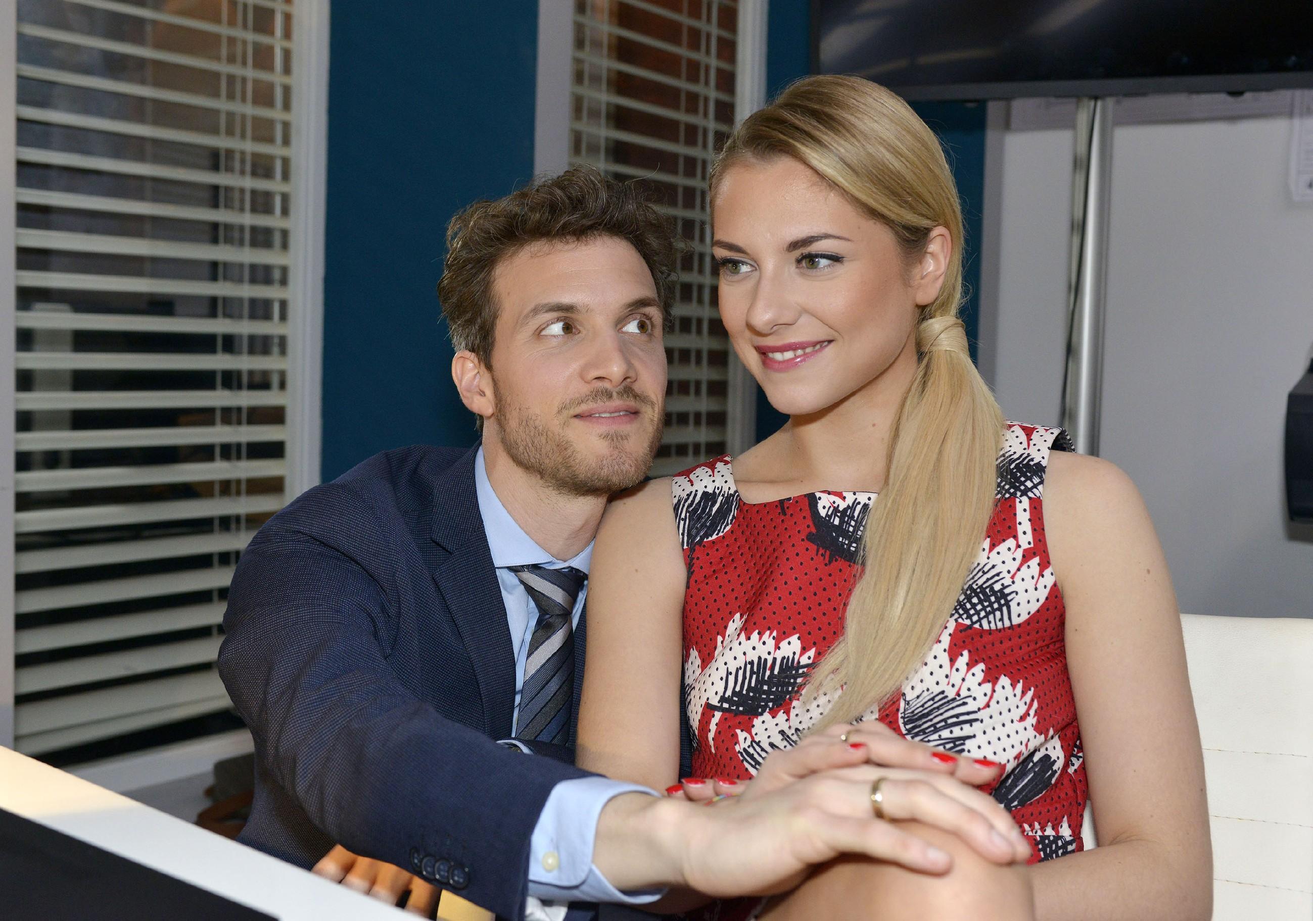 Sunny (Valentina Pahde) und Felix (Thaddäus Meillinger) freuen sich auf die nachgeholten Flitterwochen. (Quelle: RTL / Rolf Baumgartner)