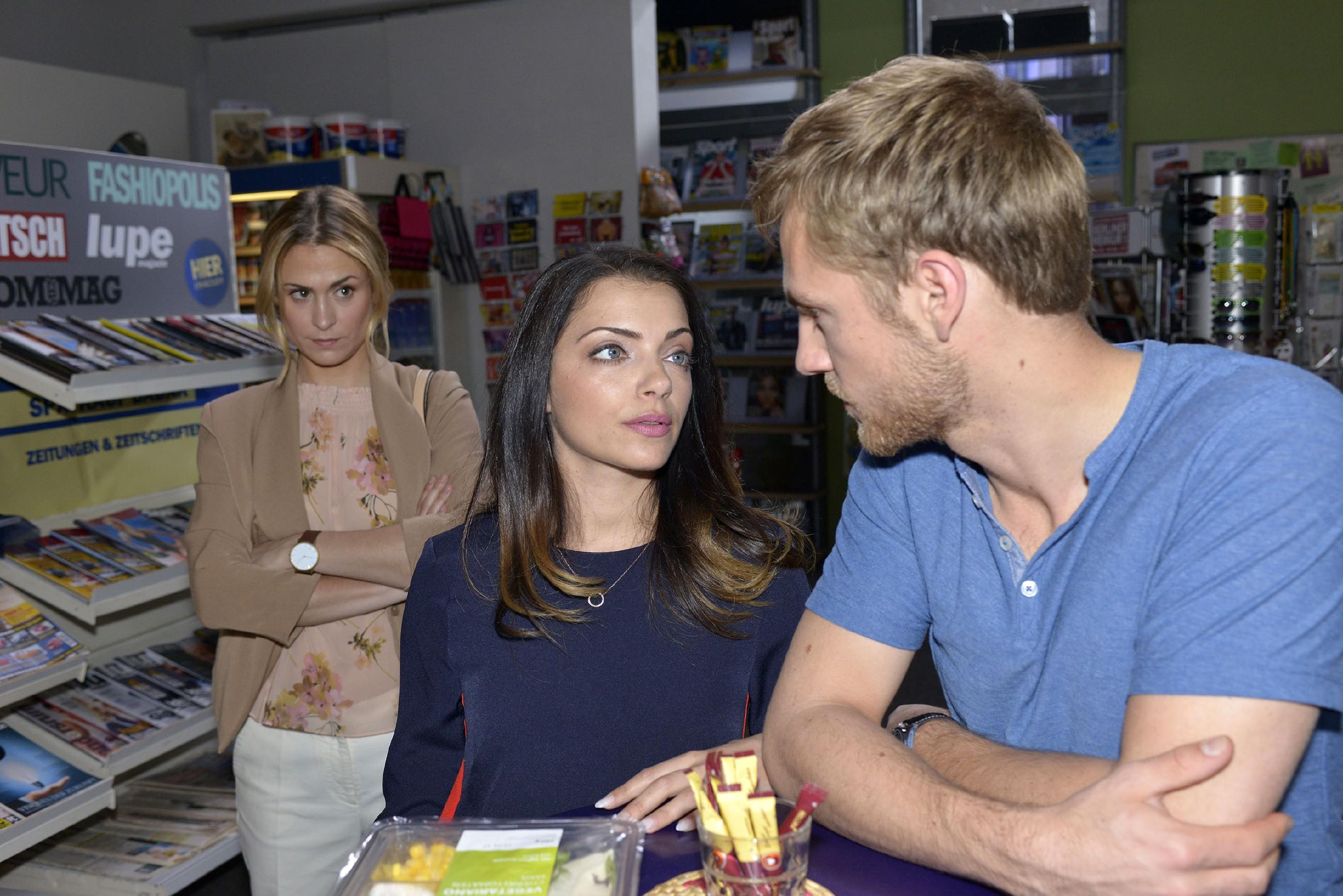 Sophie (Lea Marlen Woitack, l.) bekommt mit, dass Emily (Anne Menden) im Gespräch mit Paul (Niklas Osterloh) über den neuen Designer lästert. (Quelle: RTL / Rolf Baumgartner)