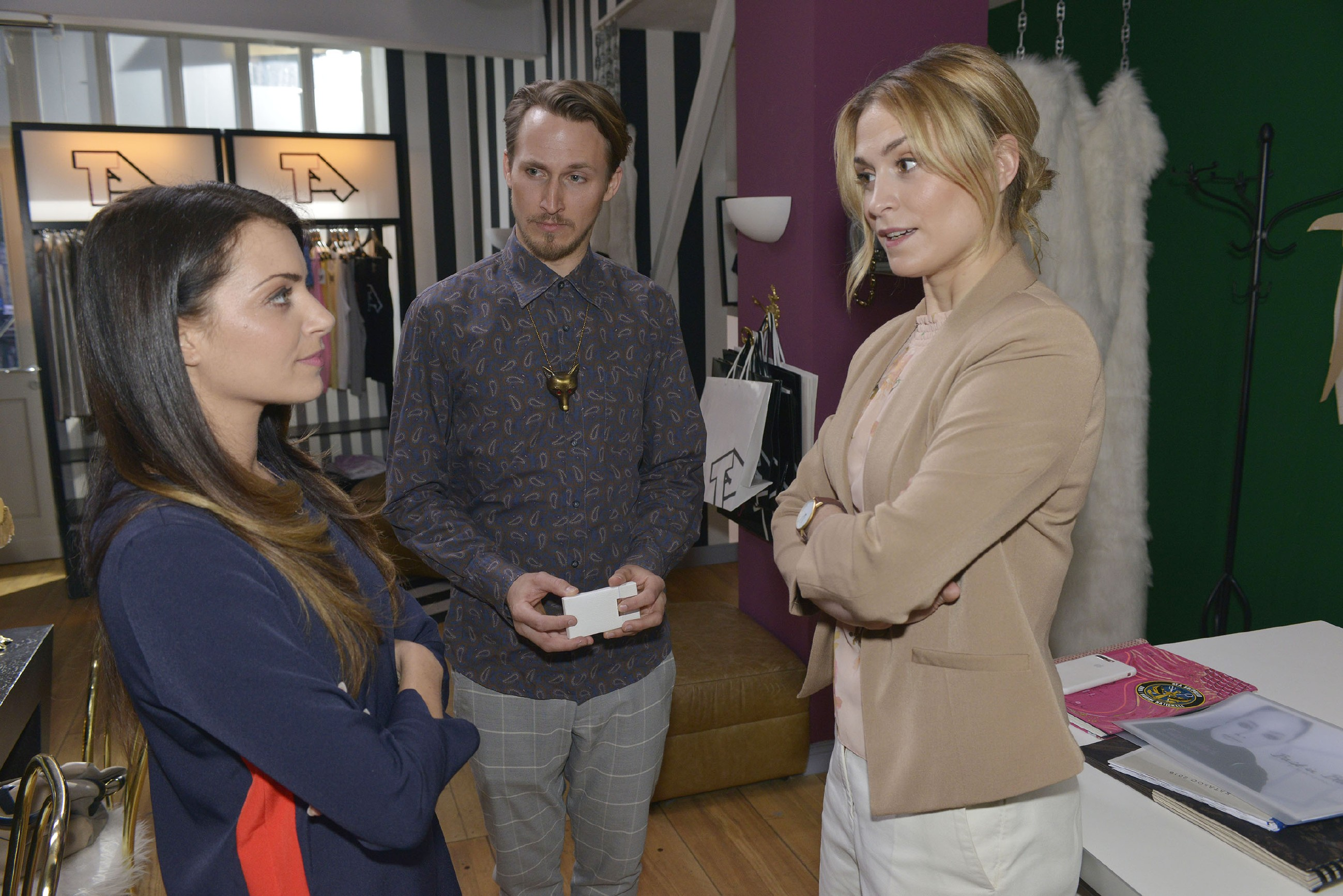 Sophie (Lea Marlen Woitack, r.) registriert, dass Emily (Anne Menden) ihre Schwierigkeiten mit dem neuen Designer Orlando Kahn (Johannes Hendrik Langer) hat. (Quelle: RTL / Rolf Baumgartner)