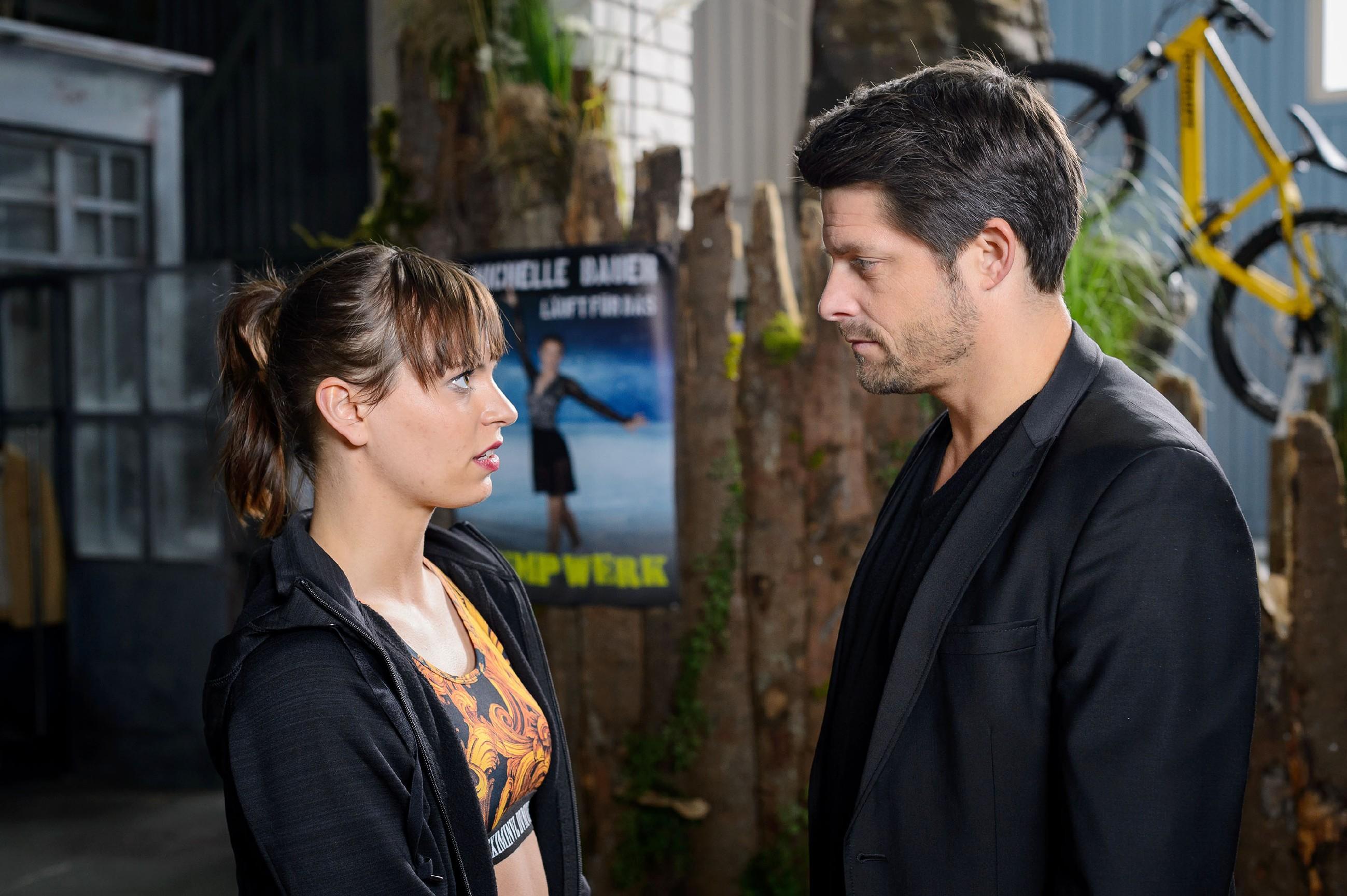 Vincent (Daniel Buder) gelingt es nicht, Michelle (Franziska Benz) dazu zu bringen, das Video zu löschen. (Quelle: RTL / Willi Weber)