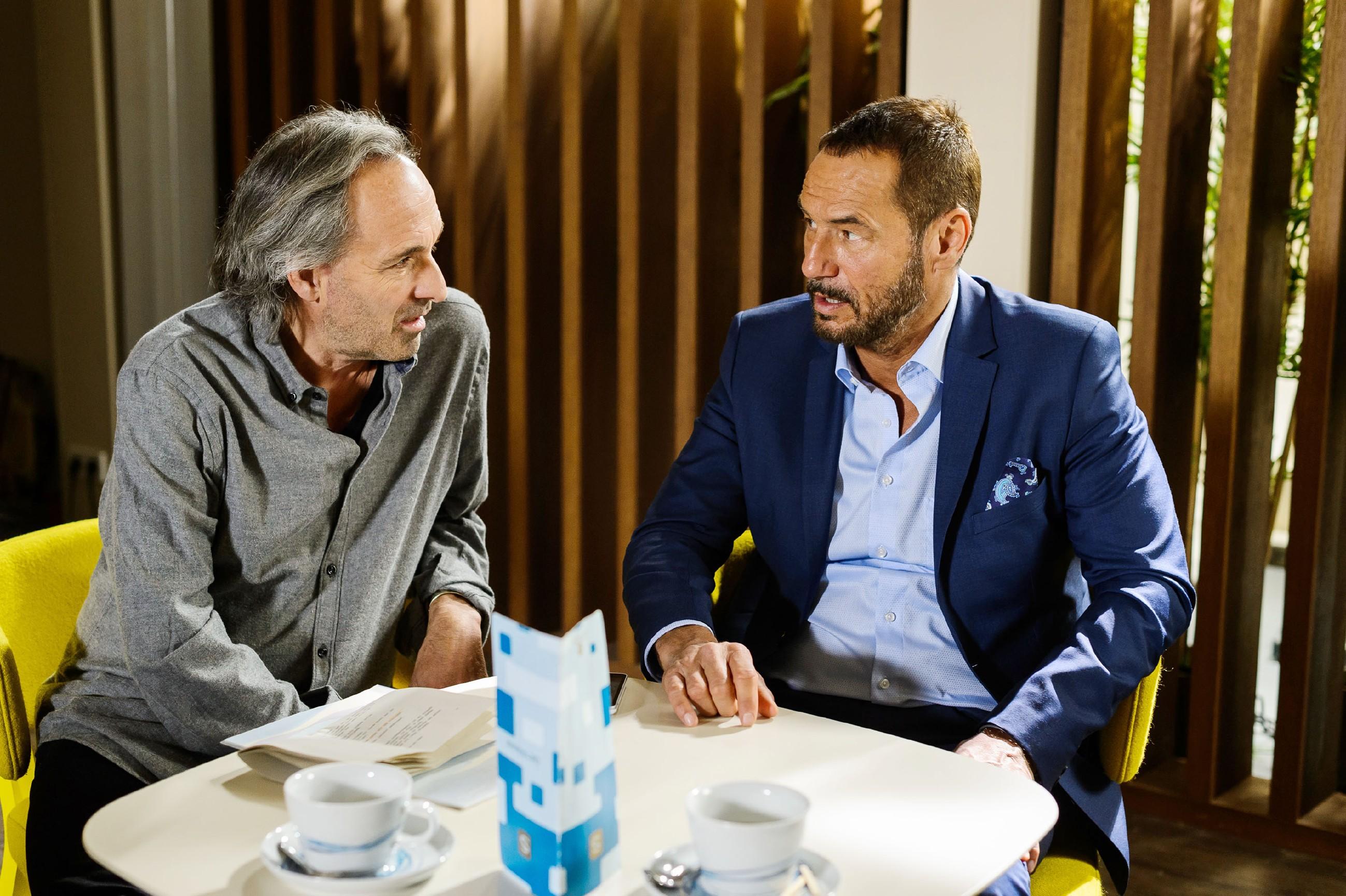 Richard (Silvan-Pierre Leirich, r.) versucht, bei Johann Pachlhuber (Holger Christian Gotha) Punkte zu sammeln. (Quelle: RTL / Willi Weber)