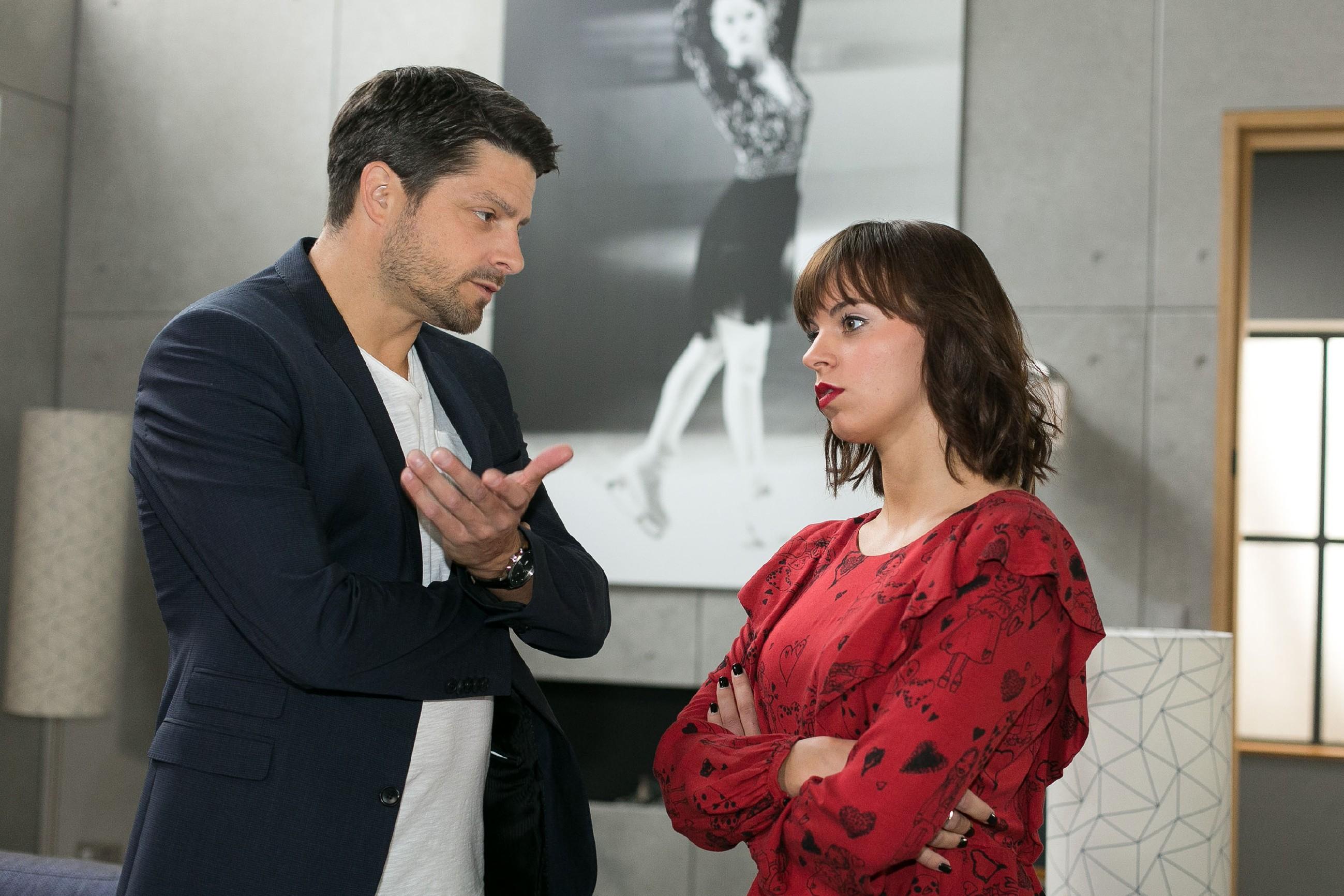 Vincent (Daniel Buder) versucht Michelle (Franziska Benz) zu instrumentalisieren, um sich in der Villa Steinkamp Zugang zu verschaffen. (Quelle: RTL / Kai Schulz)