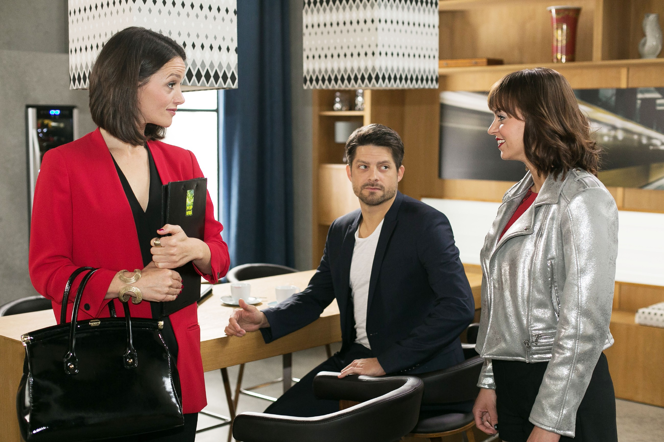 Michelle (Franziska Benz, r.) erfährt im Beisein von Vincent (Daniel Buder) von Jenny (Kaja Schmidt-Tychsen), dass Ronny für sie auf die Vulkan-Challenge verzichtet hat. (Quelle: RTL / Kai Schulz)