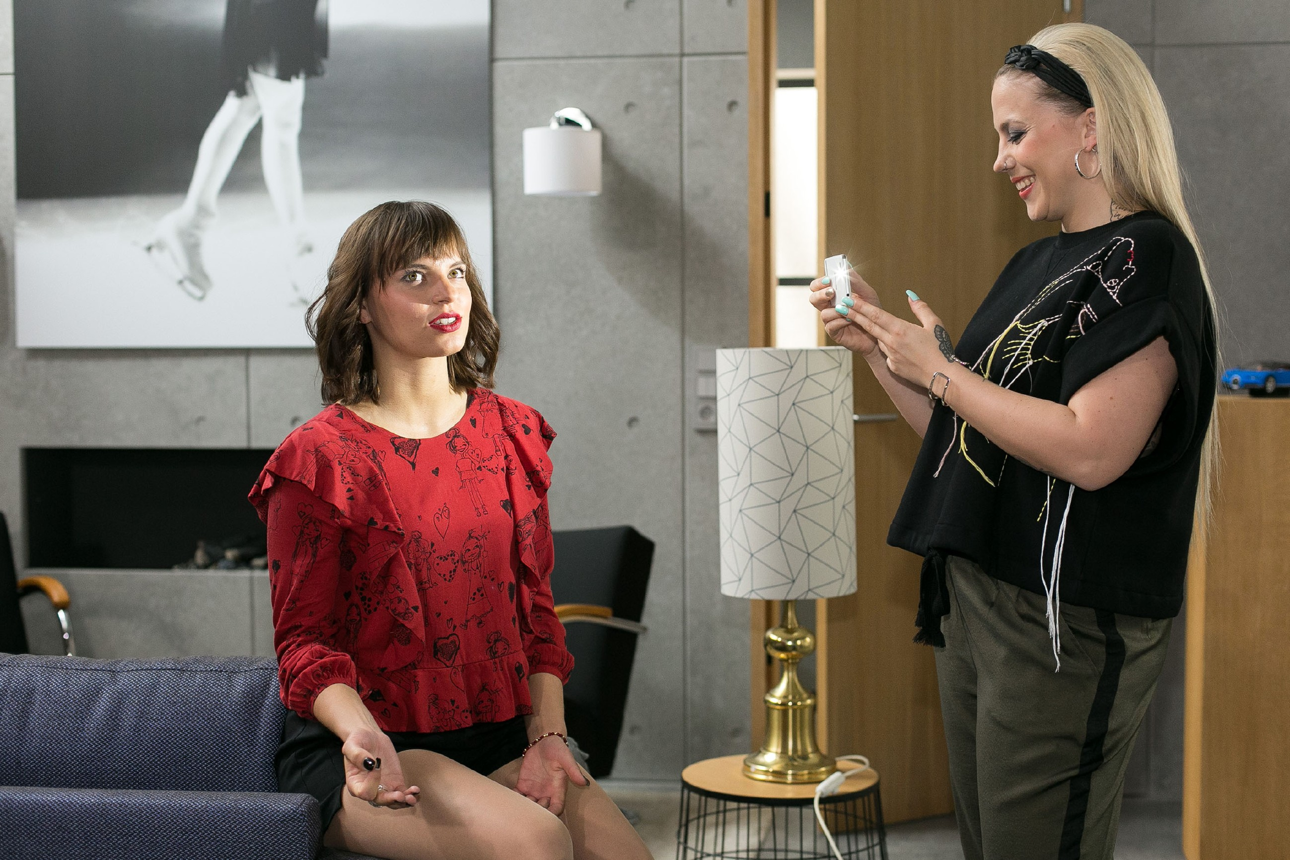Iva (Christina Klein, r.) filmt mit dem Handy ein Video von Michelle (Franziska Benz) für Ronny. (Quelle: RTL / Kai Schulz)
