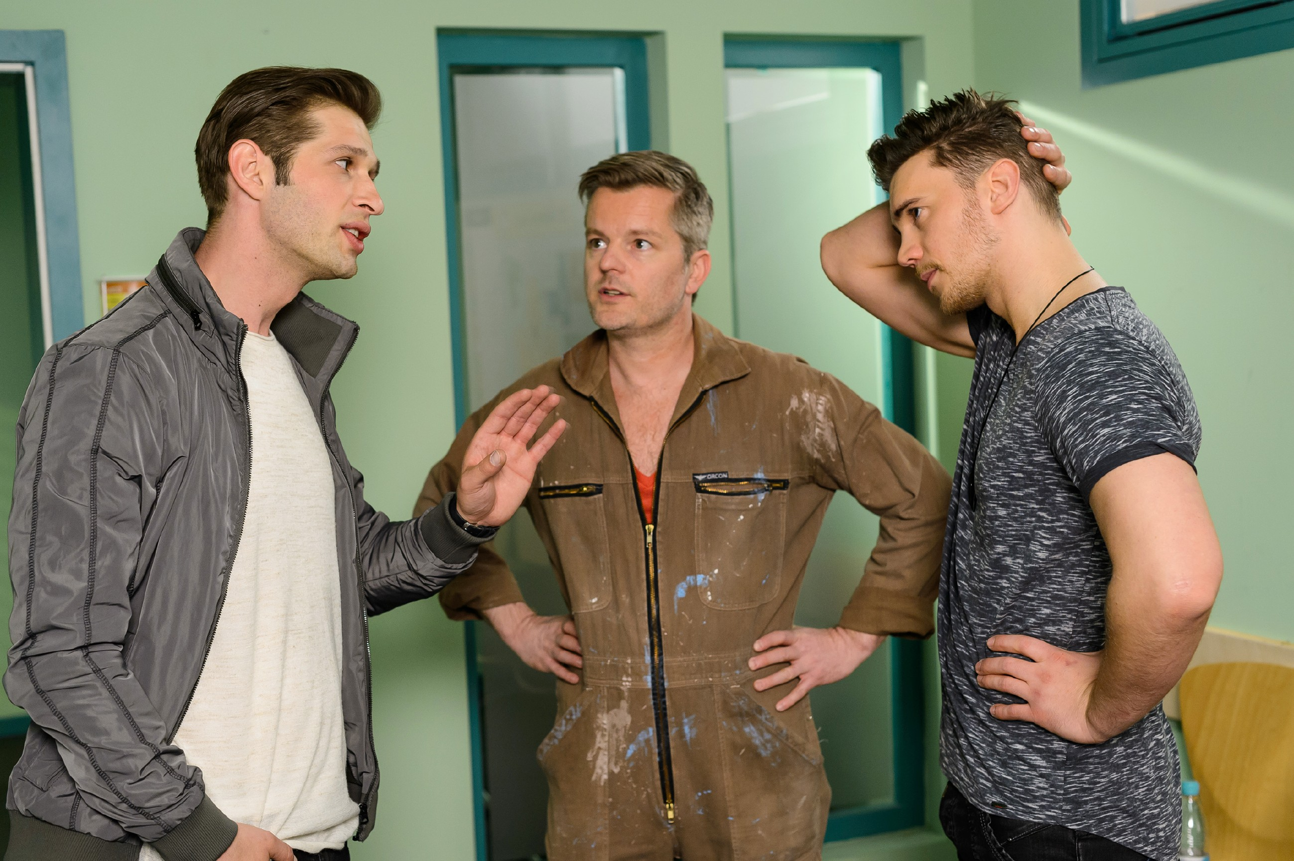 Deniz (Igor Dolgatschew, l.), Ingo (André Dietz, M.) und Ronny (Bela Klentze) atmen erleichtert auf, als es Entwarnung gibt: Annabelle geht es gut. (Quelle: RTL / Willi Weber)