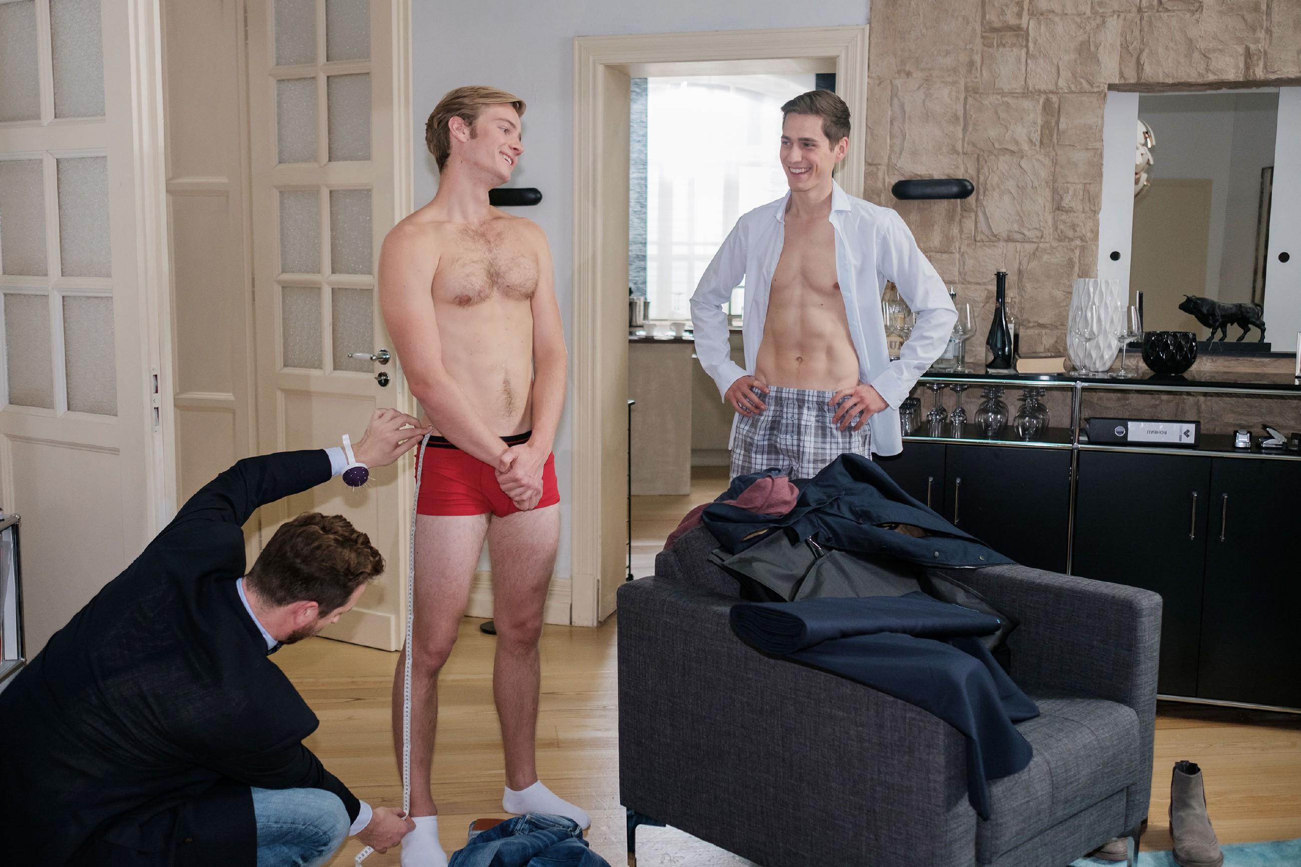 Ringo (Timothy Boldt, r.) schafft es, einen Termin bei dem Schneider Nick Schramm (Siegfried Bast, l.) zu organisieren, der ihm und Valentin (Aaron Koszuta) einen Anzug maßschneidert. (Quelle: RTL / Stefan Behrens)