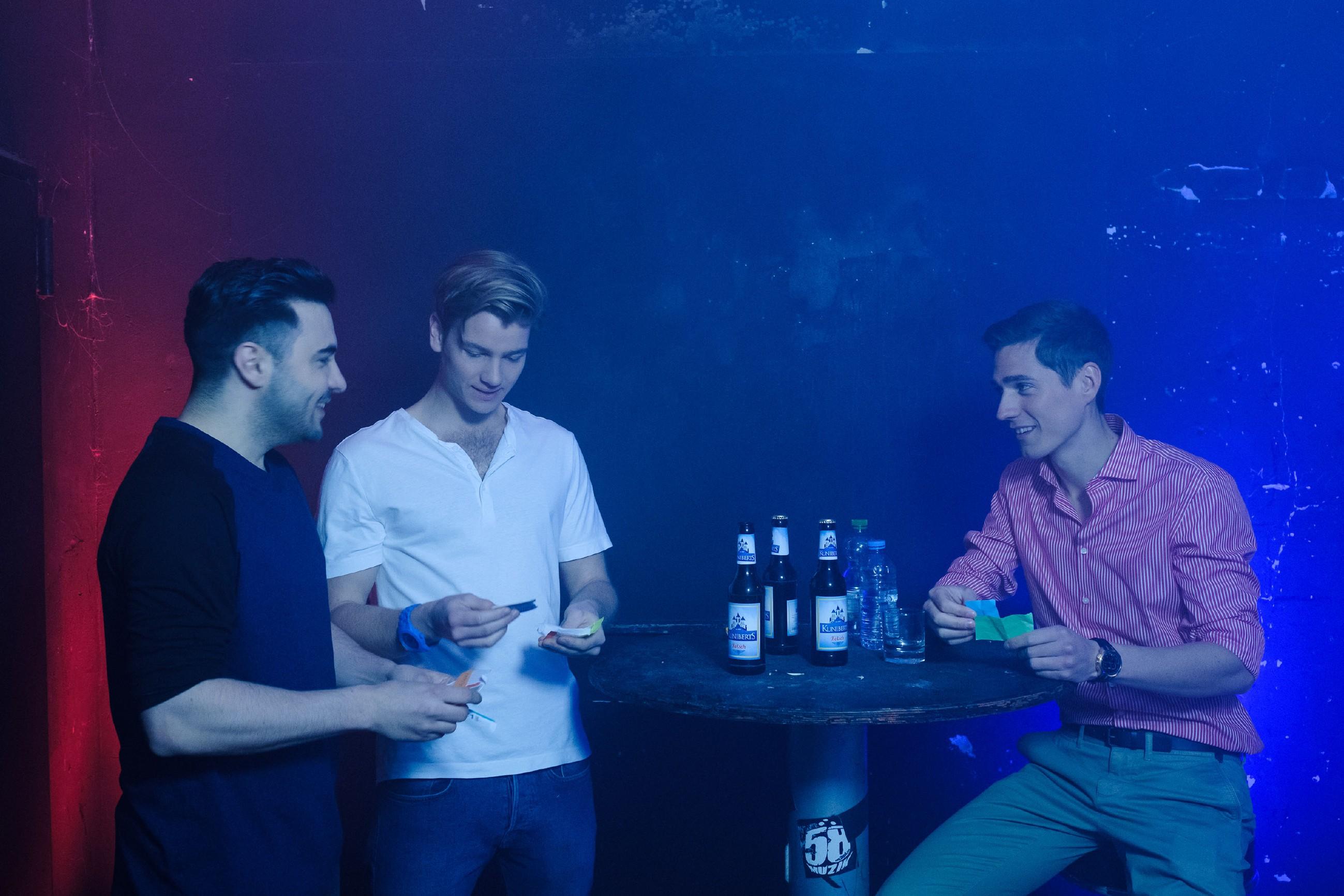 Ringo (Timothy Boldt, l.) ist glücklich, als Valentin (Aaron Koszuta, M.) mit ihm und Easy (Lars Steinhöfel) in einem Gay-Club feiert und offenbar Gefallen an dieser 'Welt' findet. (Quelle: RTL / Stefan Behrens)