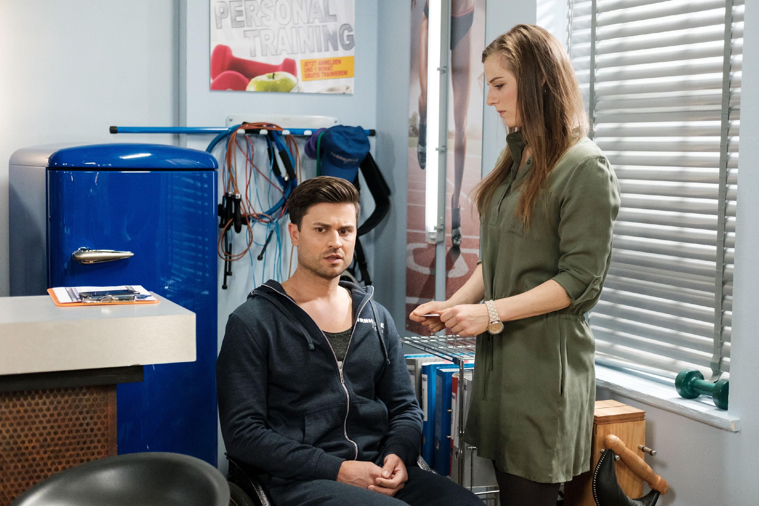 Während Elli (Nora Koppen) betroffen auf die Nachricht vom Tod von Pacos Vater reagiert, nimmt Paco (Milos Vukovic) sie erstmal nüchtern auf, immerhin hatte er über zehn Jahre keinen Kontakt mehr zu seinem Vater. (Quelle: RTL / Stefan Behrens)
