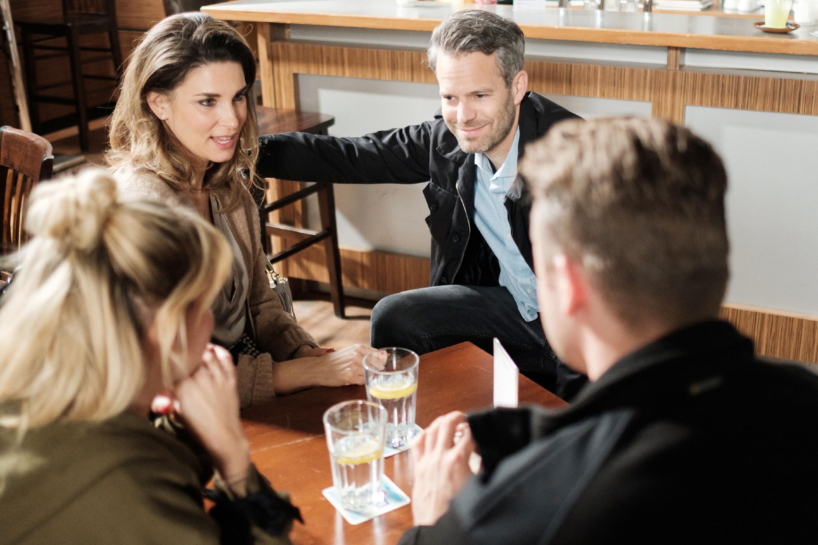 Till (Ben Ruedinger, 2.v.r.) sitzt mit Ute (Isabell Hertel, l.), Eva (Claudelle Deckert) und Bambi (Benjamin Heinrich) zusammen und fühlt sich bestätigt, zum Wohl seiner Familie den Brief entsorgt zu haben. (Quelle: RTL / Stefan Behrens)