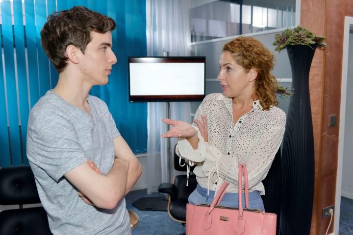Nina (Maria Wedig) schwört Luis (Maximilian Braun) auf das Praktikum ein.