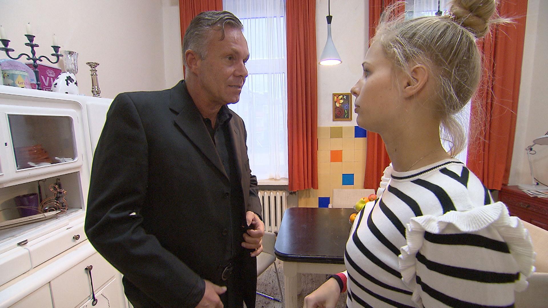 Um ihren Vater und Schwester Kathi zu versöhnen, hat Jule ihren Vater Robert eingeladen (Quelle: RTL 2)